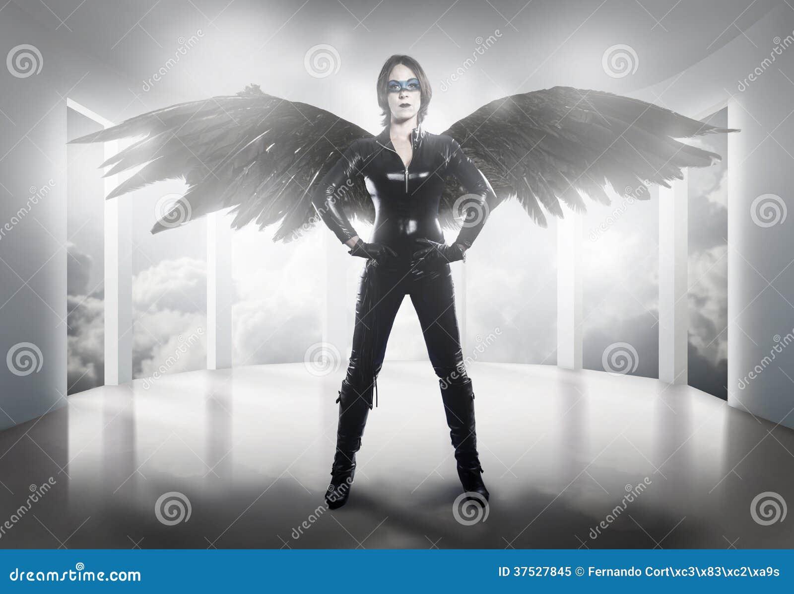 Straszny kobieta ubierał w lateksie, bacie i czerni skrzydłach,