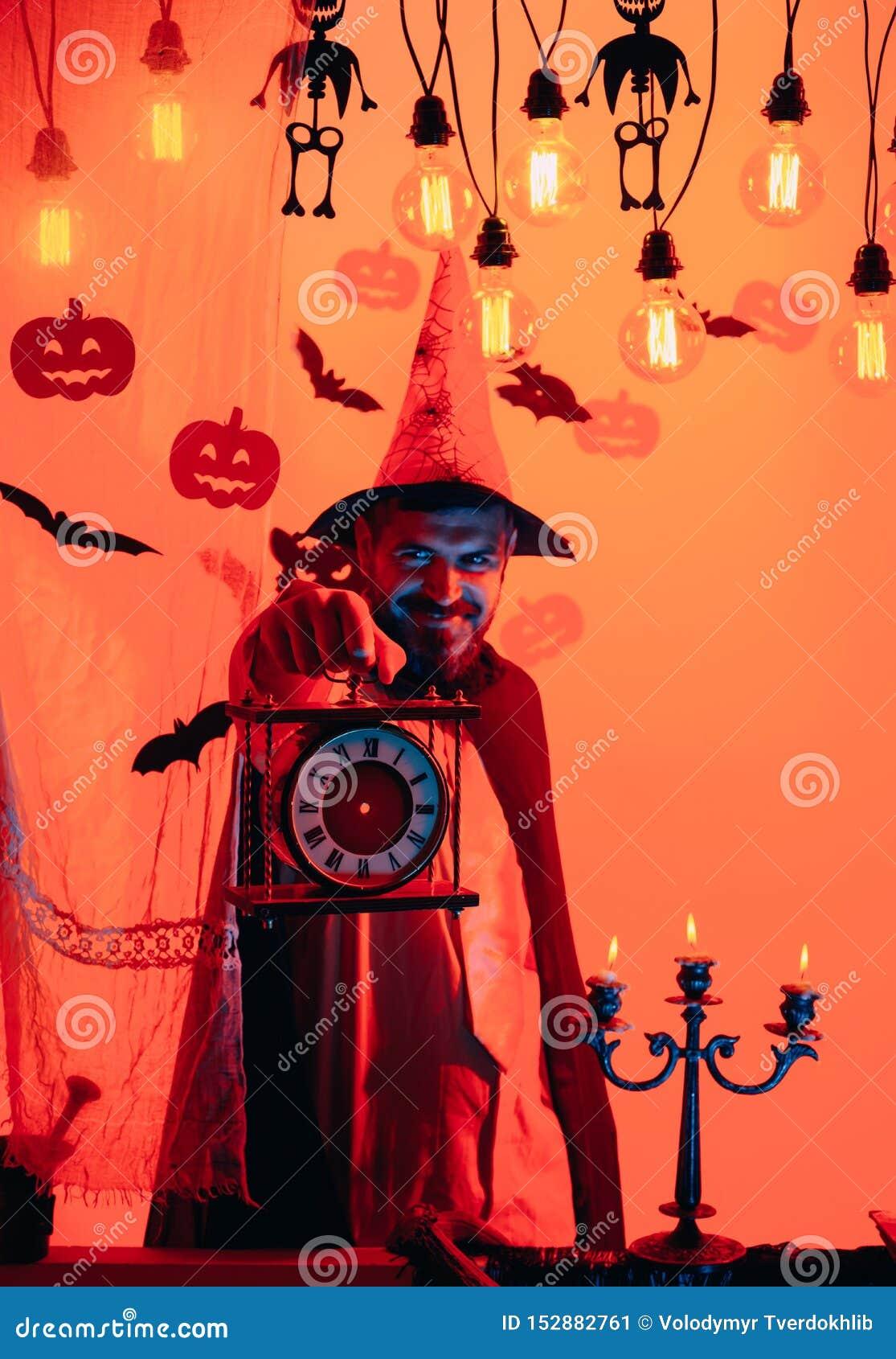 Straszny modni? z brod? w czarownica kapeluszu i szkockiej kraty koszula Halloweenowy m??czyzna z u?miechem na ciemnym tle Czarow