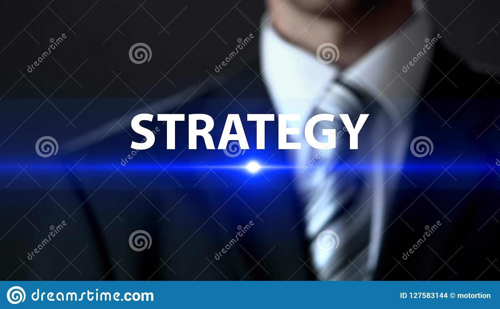Stratégie, homme d affaires se tenant devant l écran, concept de plan d action de société