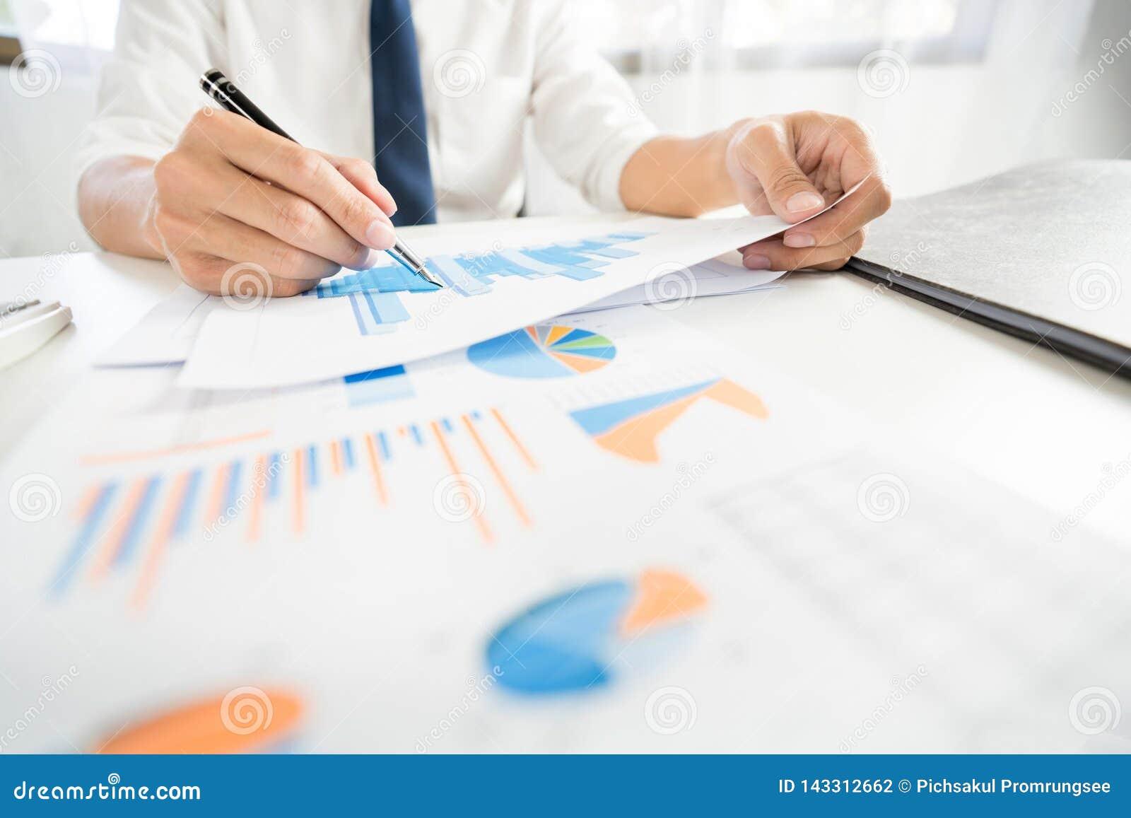 Strategii analizy pojęcie, biznesmen pracuje pieniężnego kierownika Bada Proces księgowość kalkuluje analizuje targowego wykres