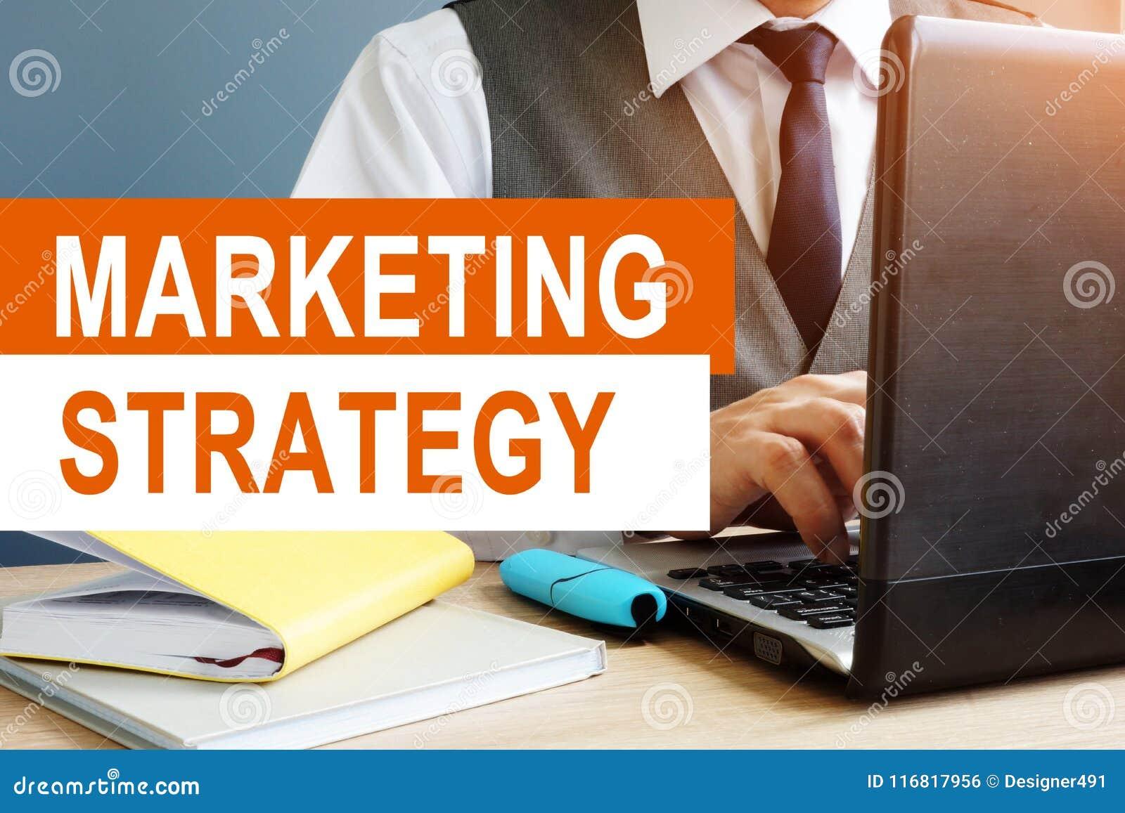 Strategii marketingowej pojęcie Sprzedawca pracuje na laptopie