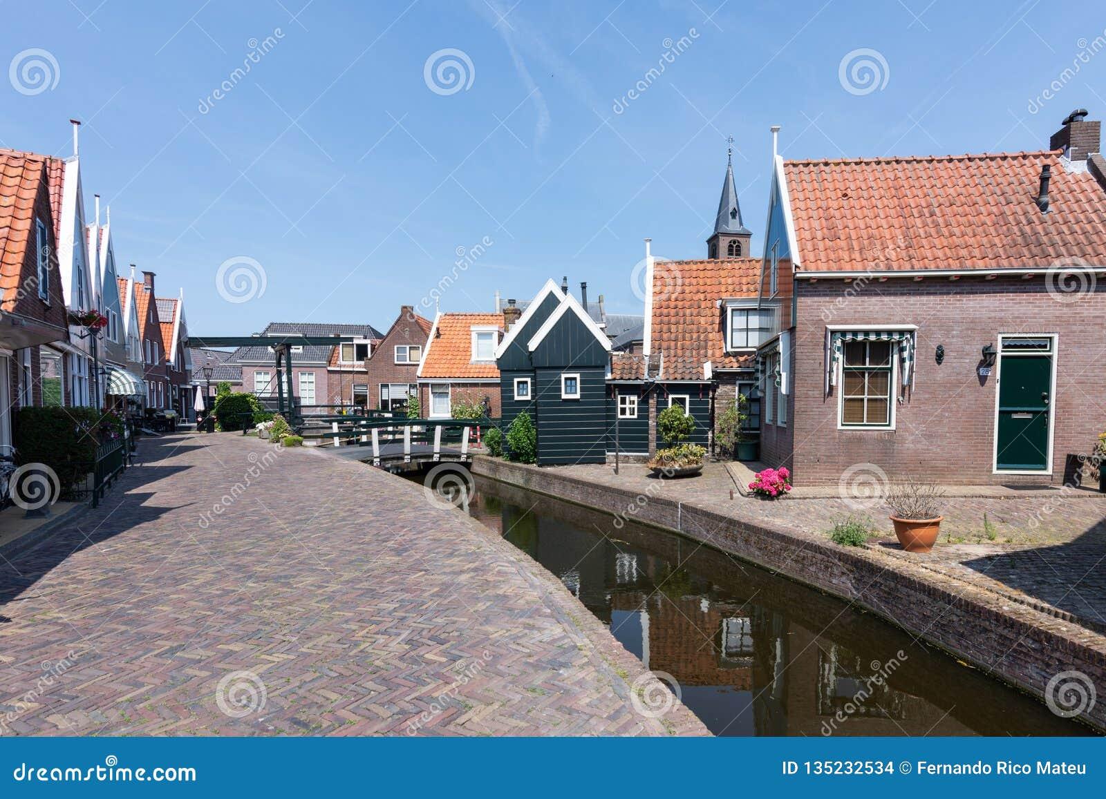 Straten en kanalen van Volendam op een zonnige dag en een blauwe hemel Nederland, Europa