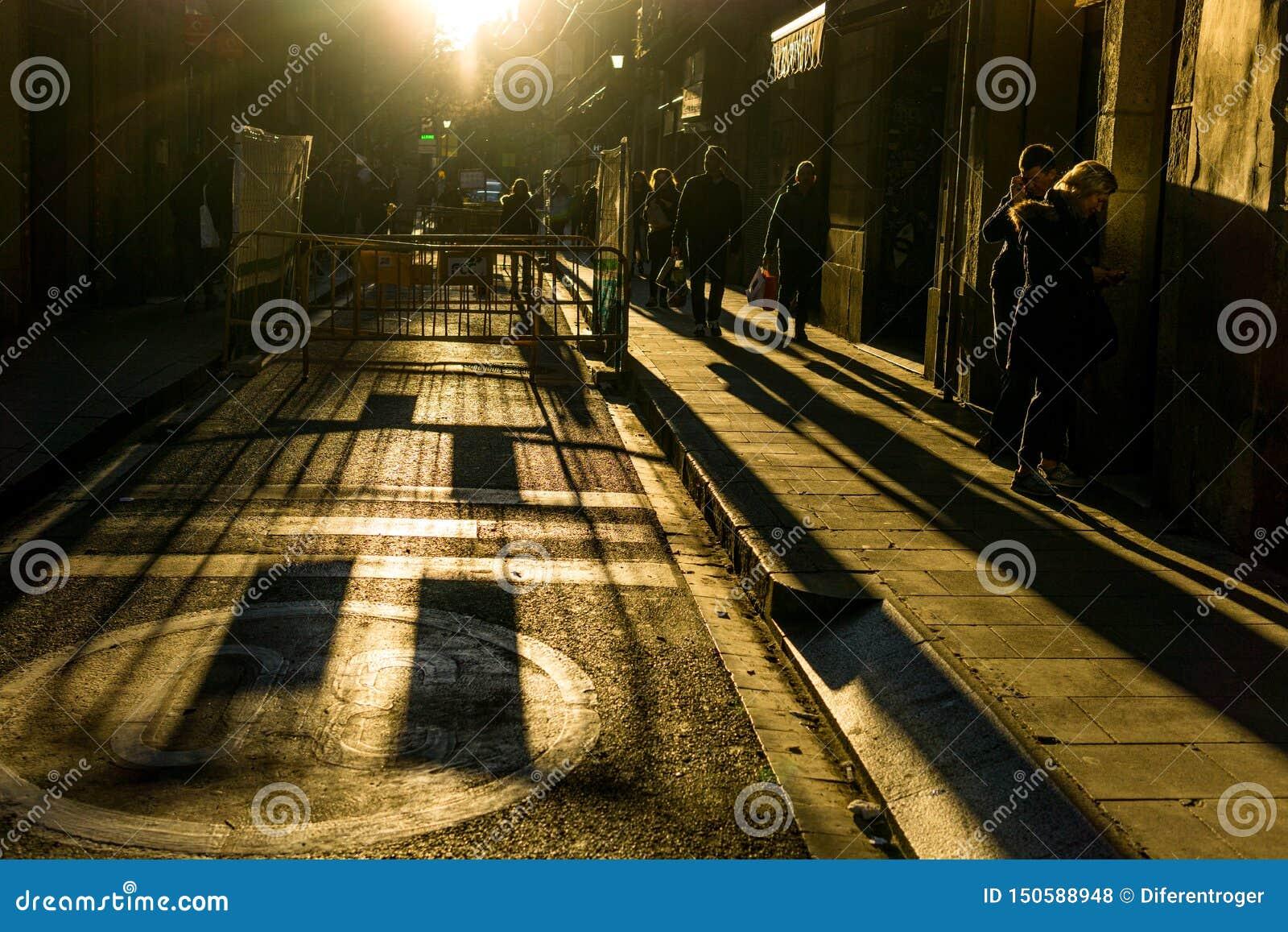 Straten met onherkenbare mensen met hoog contrast en donkere achtergrond