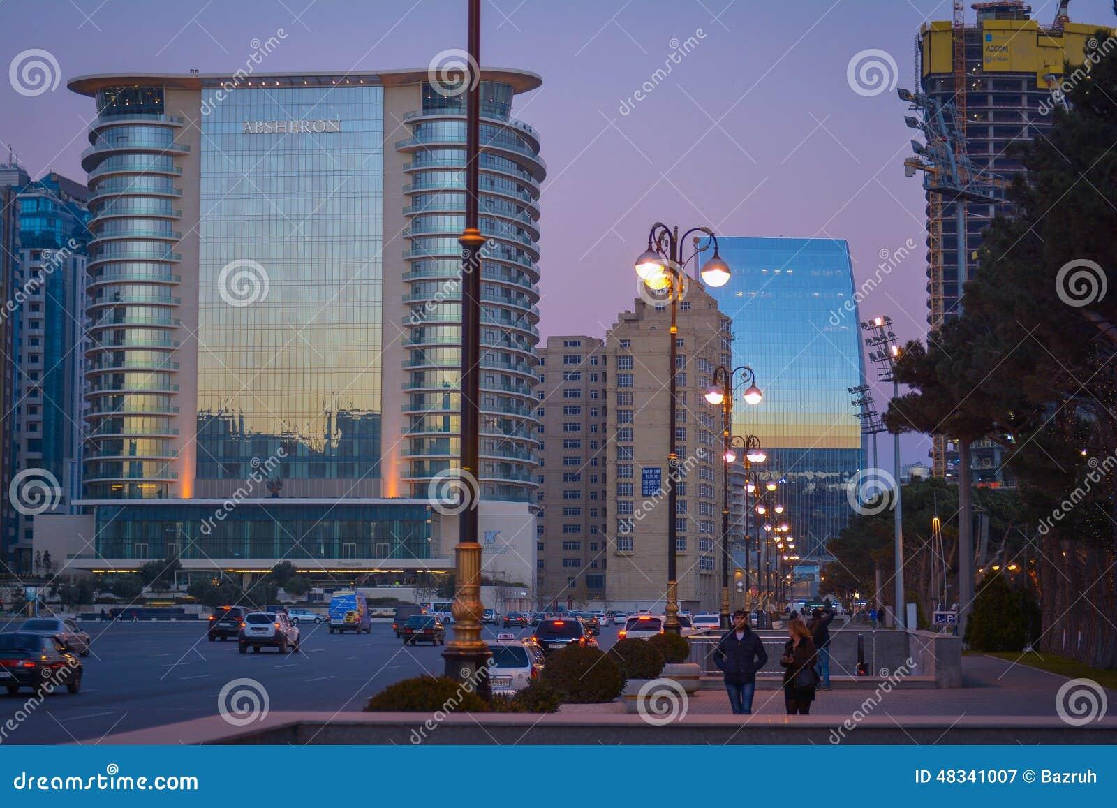 Straten van Baku in de avond