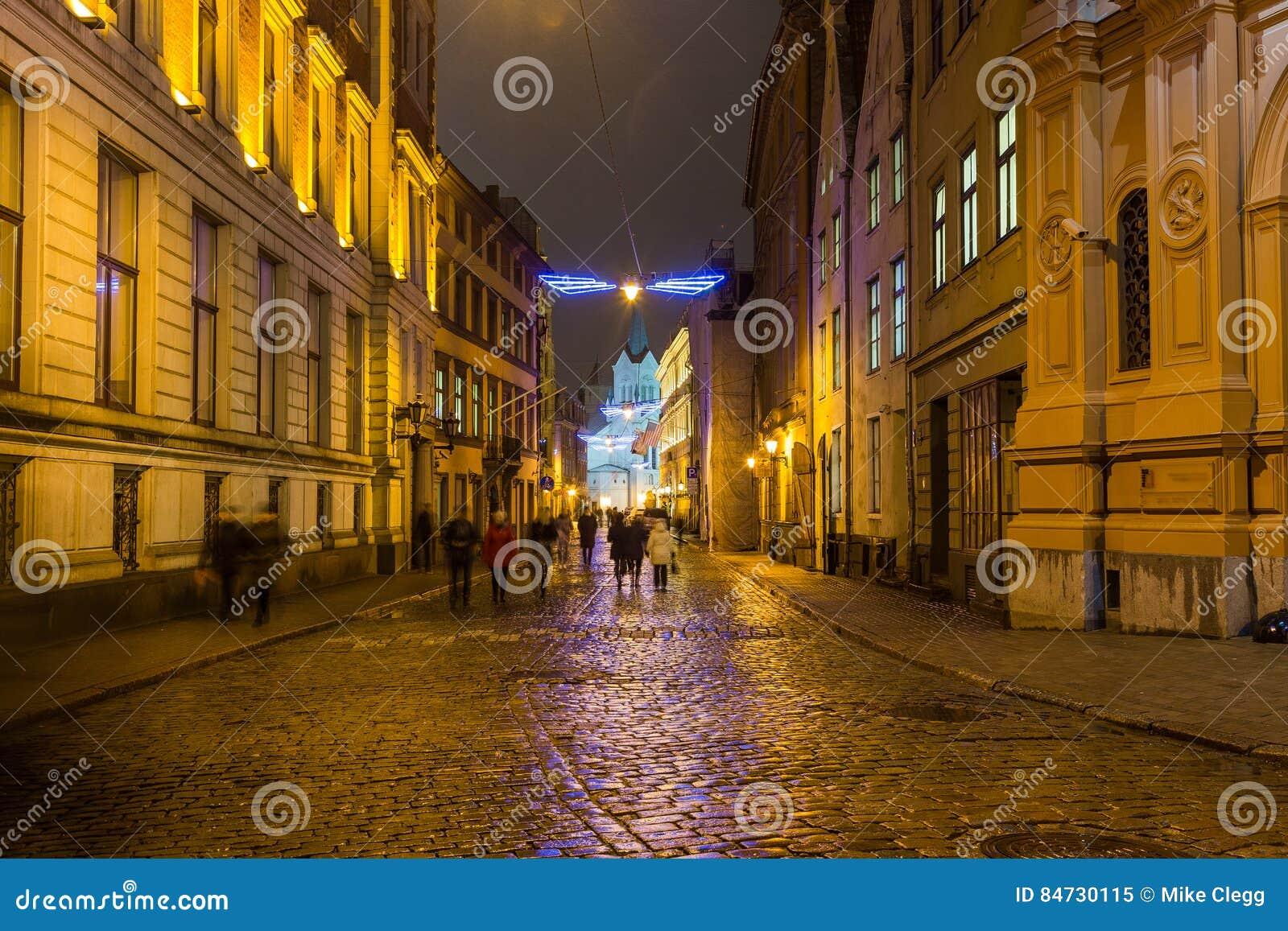 Straten van Riga bij nacht