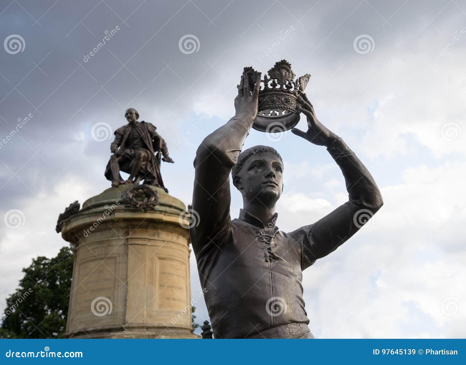 Stratford-sobre-Avon, Reino Unido - estatua de príncipe Hal del ` s de William Shakespeare