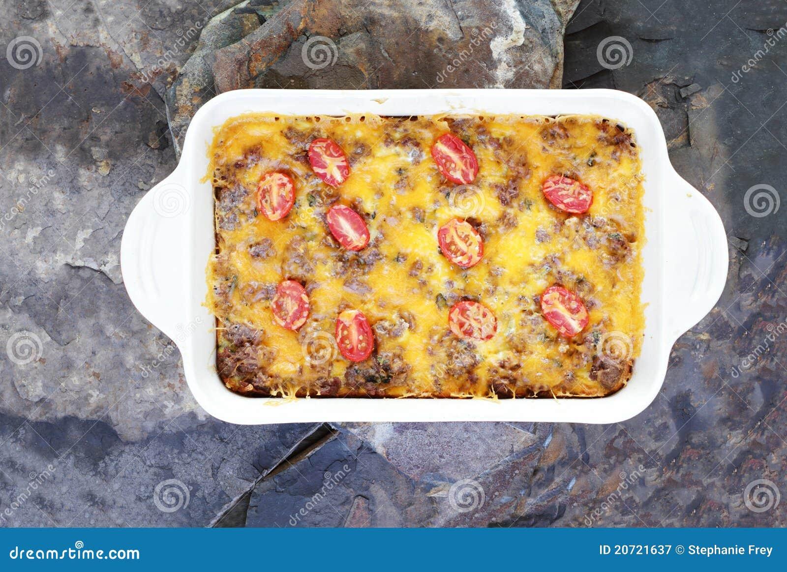 Strati della patata tritata o casseruola della prima colazione