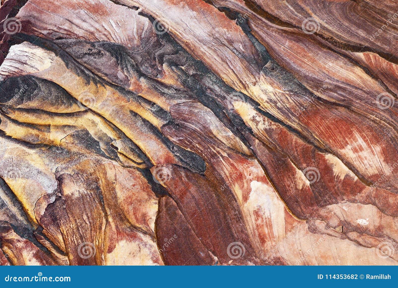 Strati naturali peculiari della roccia nel PETRA, Giordania