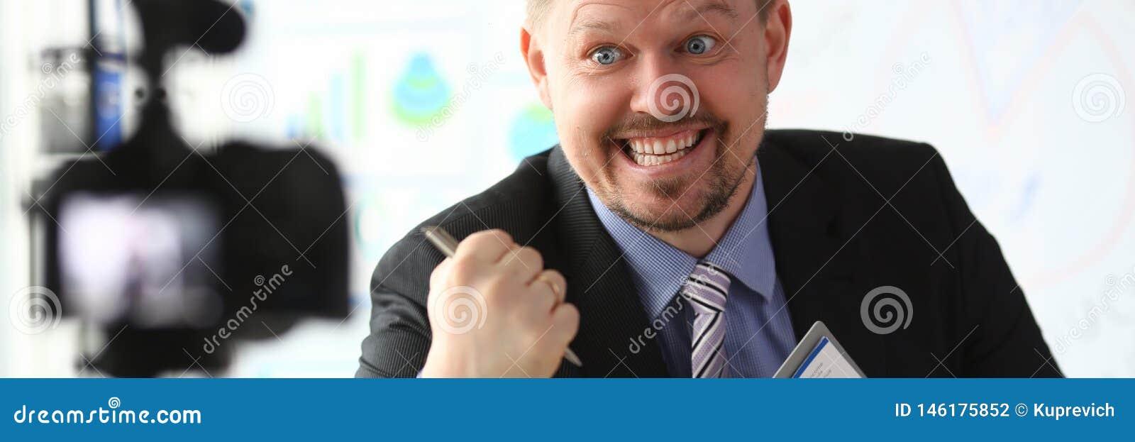 Strato online di blogger dell uomo d affari che grida