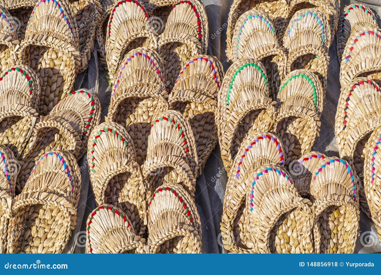 Straw Slippers som ?r till salu, f?r kvinnor eller m?n av ljusa f?rger