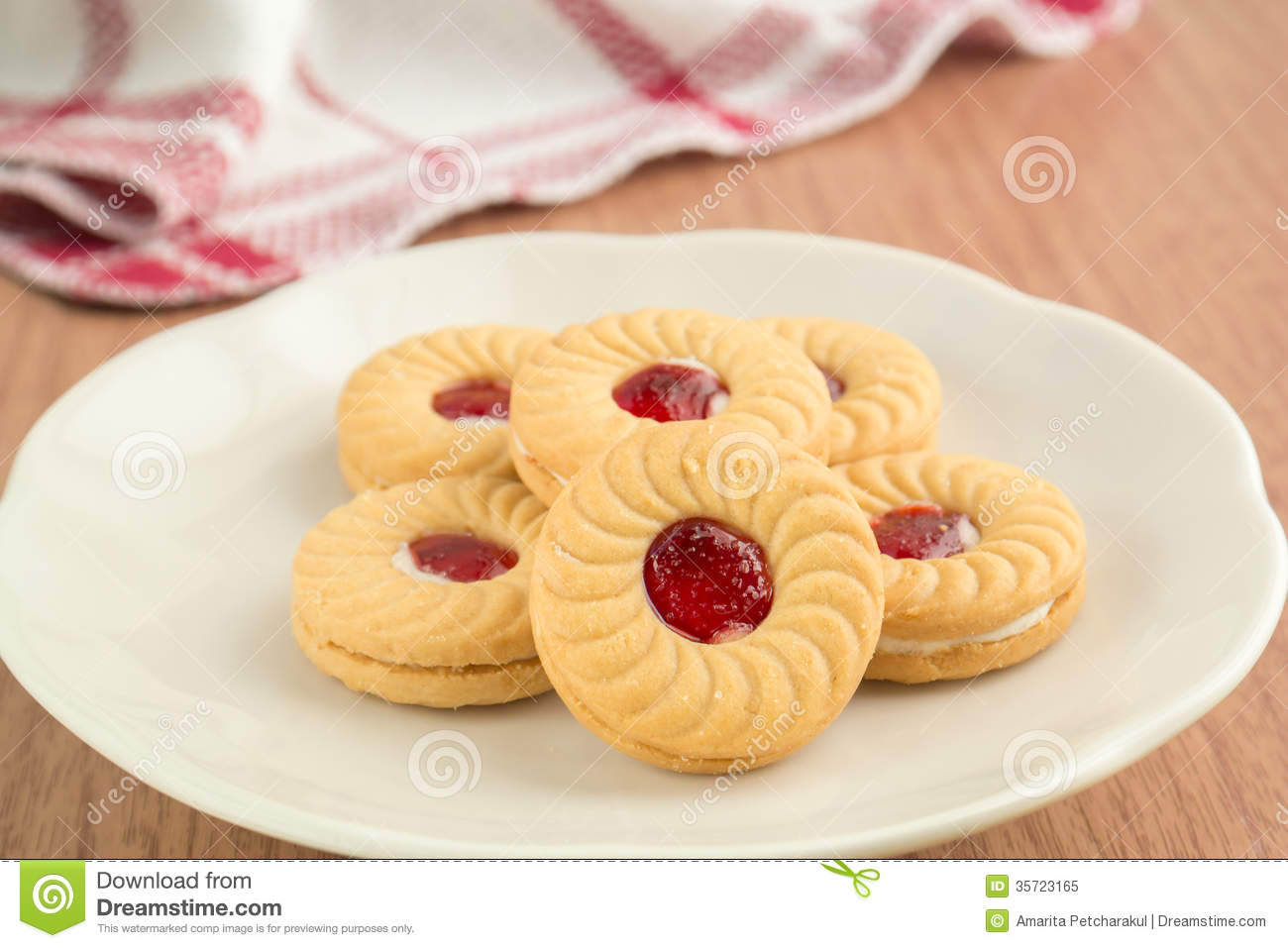 ... Sandwich Biscuits On Plate Royalty Free Stock Photo - Image: 35723165
