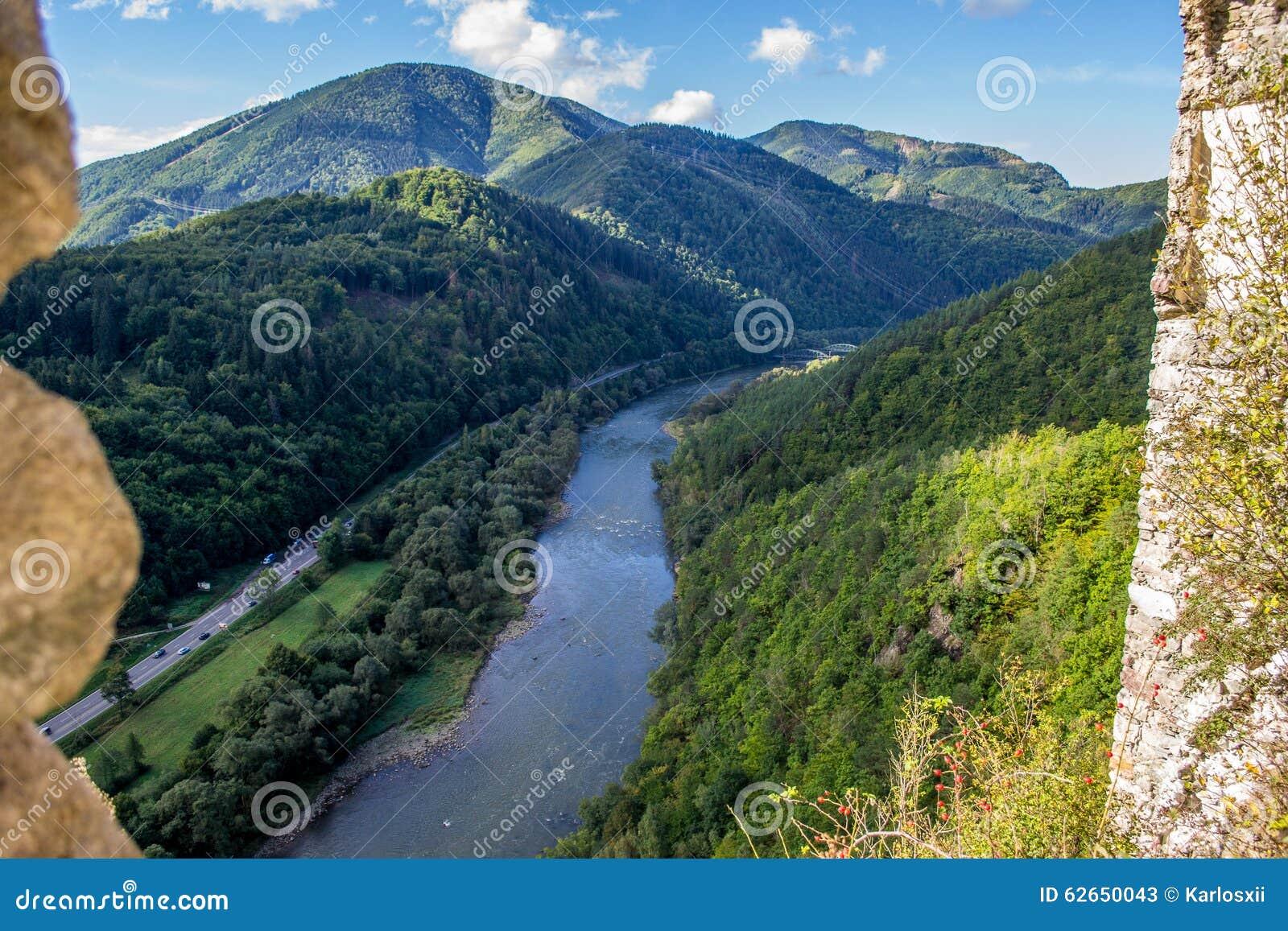 从Strecno老城堡的Vah河在北斯洛伐克