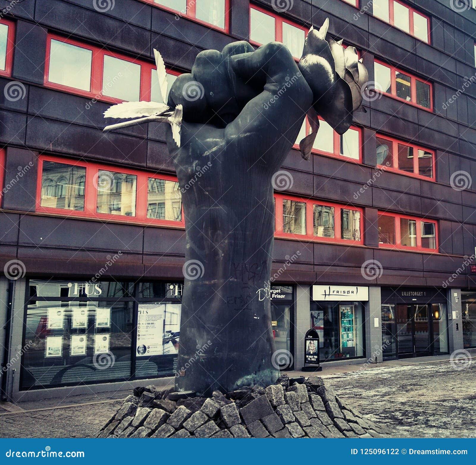 Street_art_Sculpture_The rose_Oslo_2018