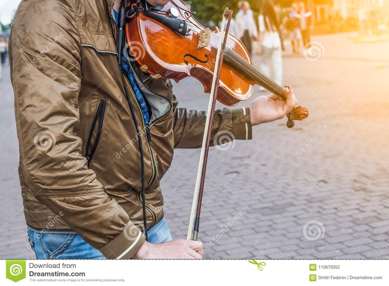 Street violinist plays the violin at noon