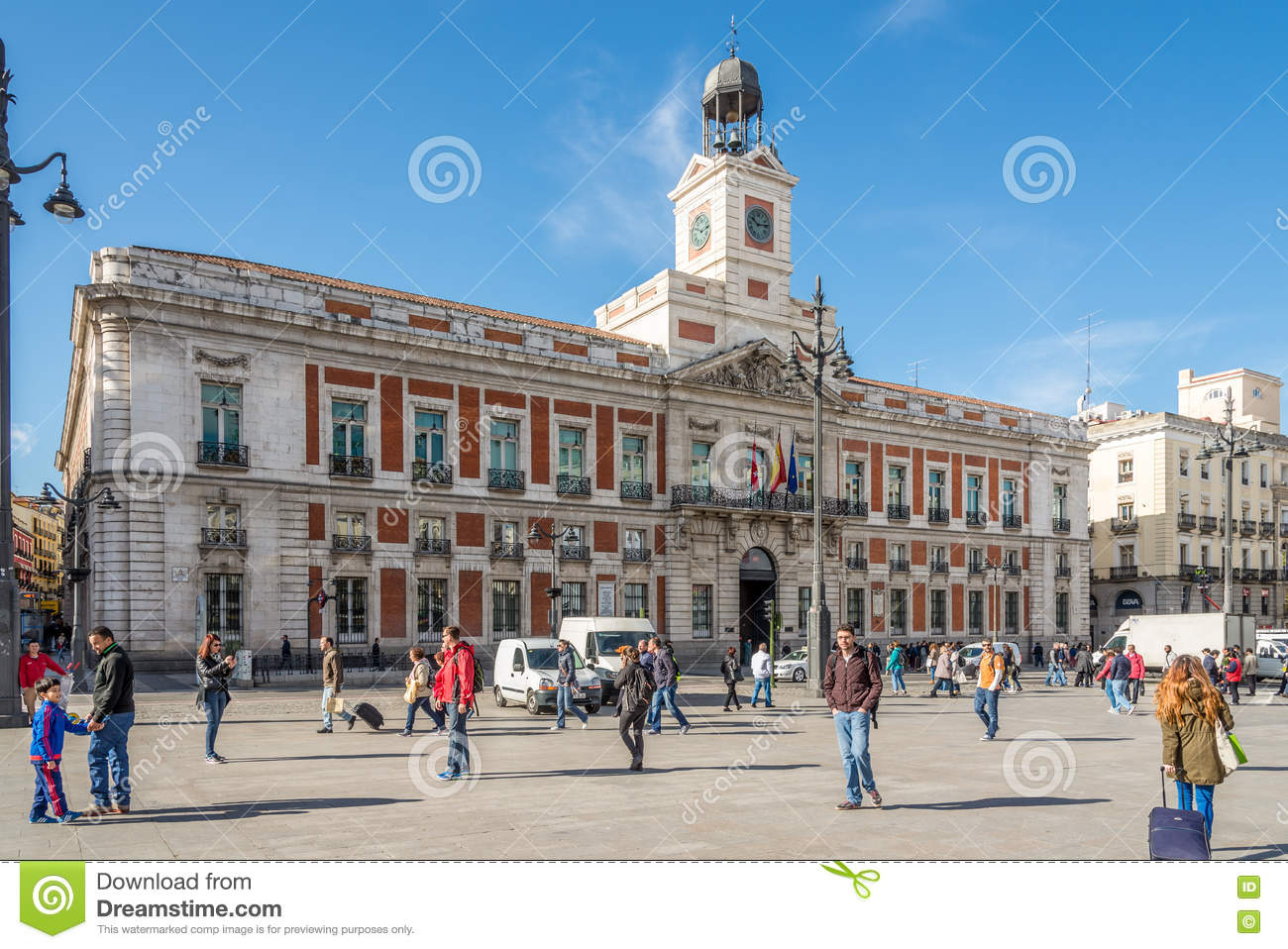 In the streets of madrid puerta del sol building of for Comunidad del sol