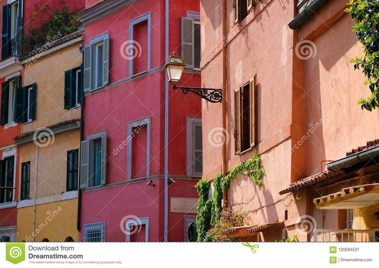 Streetscapes coloridos de la pared en Roma, Italia