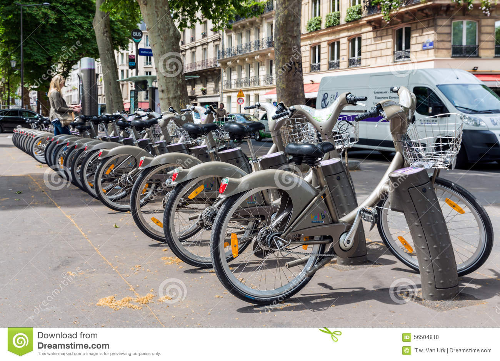Streetview con la mujer que paga alquilar un bycicle en París