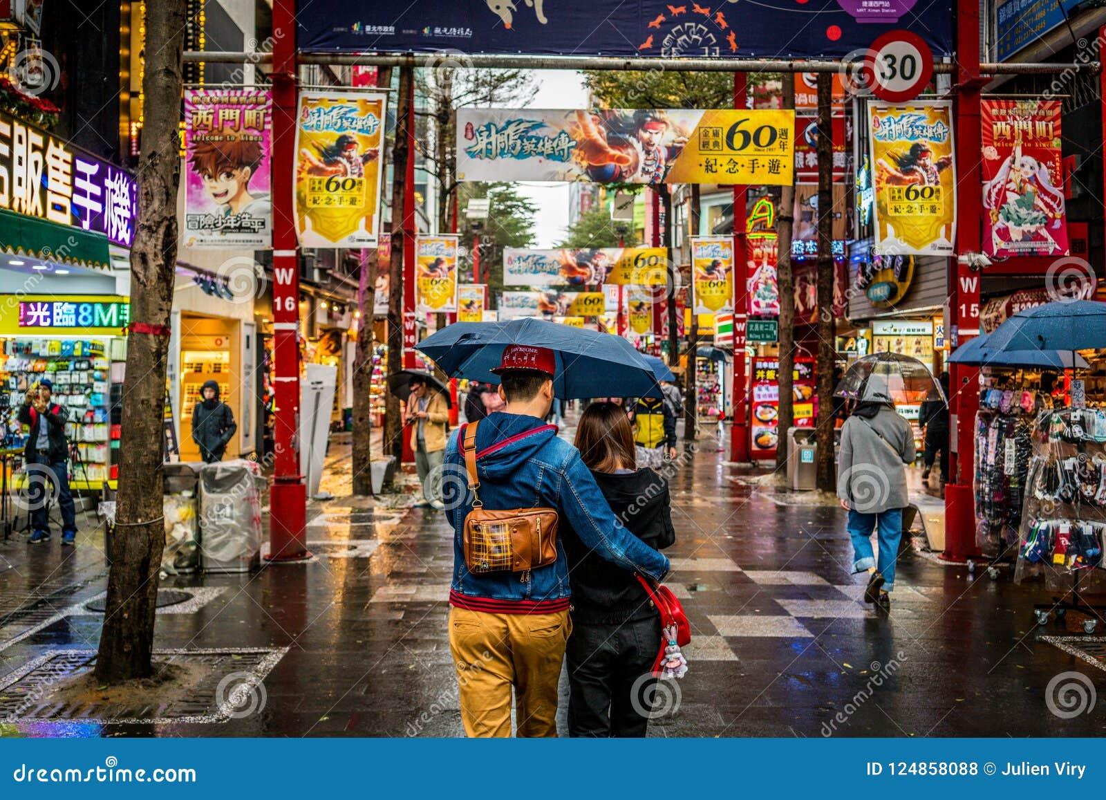 Streetview da rua pedestre com pares bonitos no distrito da compra de Ximending em Taipei Taiwan
