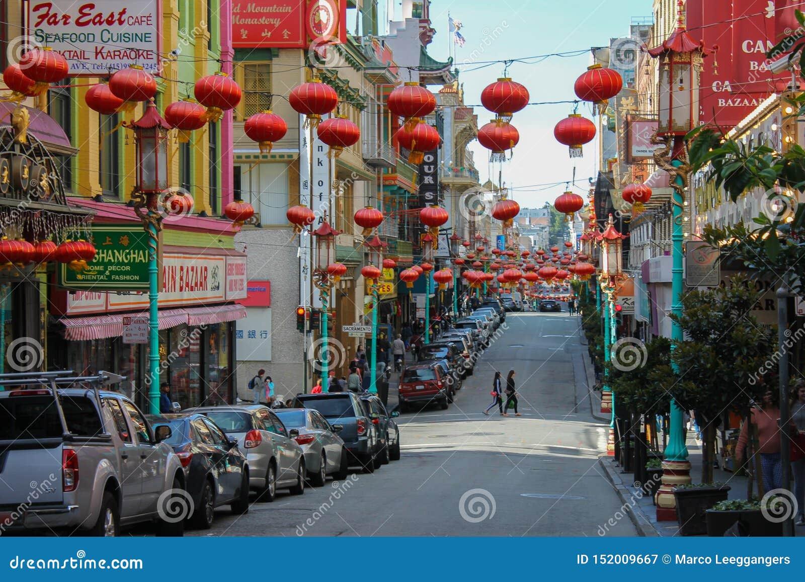 Streetview de Chinatown en San-Fransisco avec des voitures
