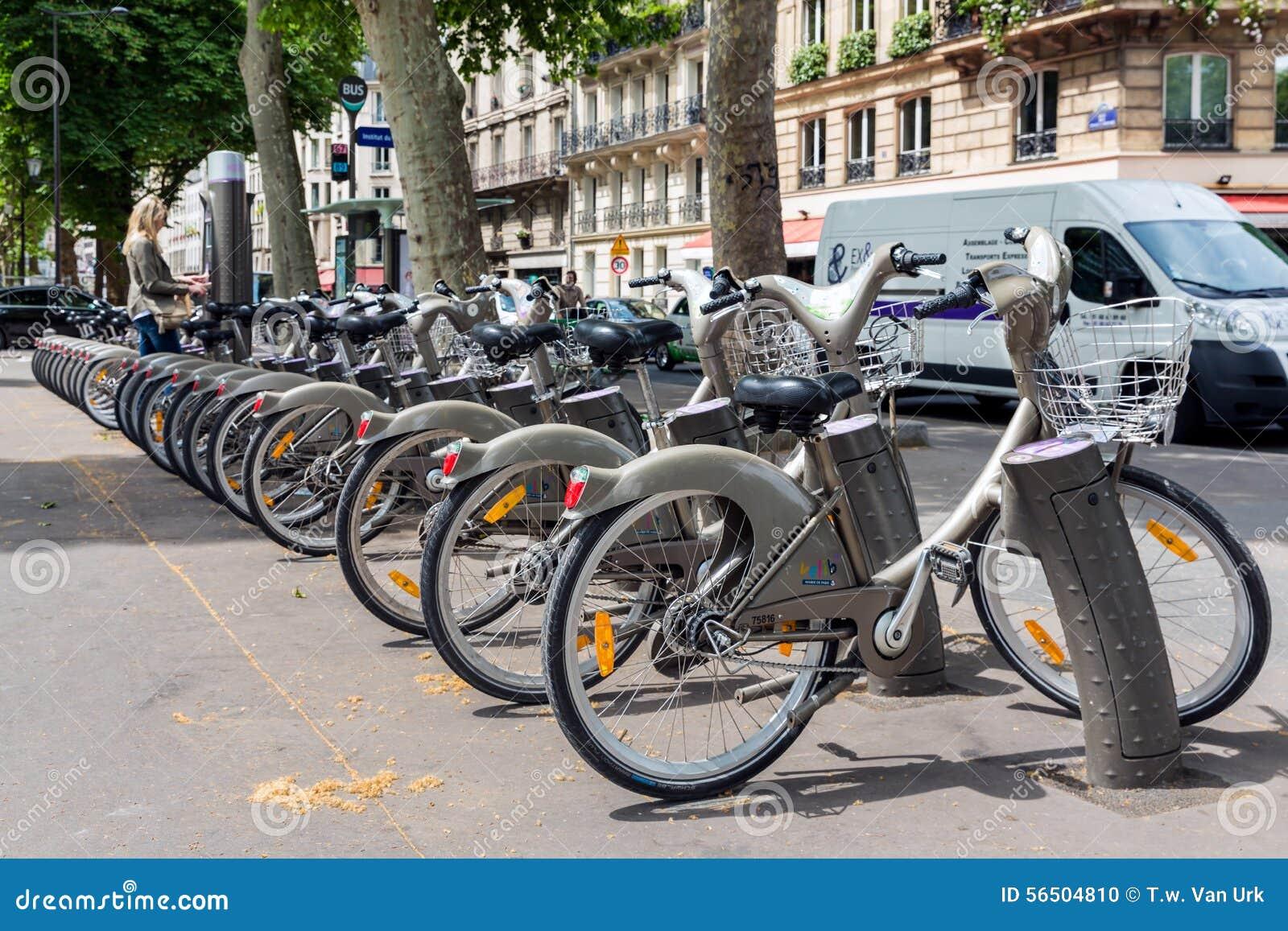 Streetview med kvinnan som betalar för att hyra en bycicle i Paris