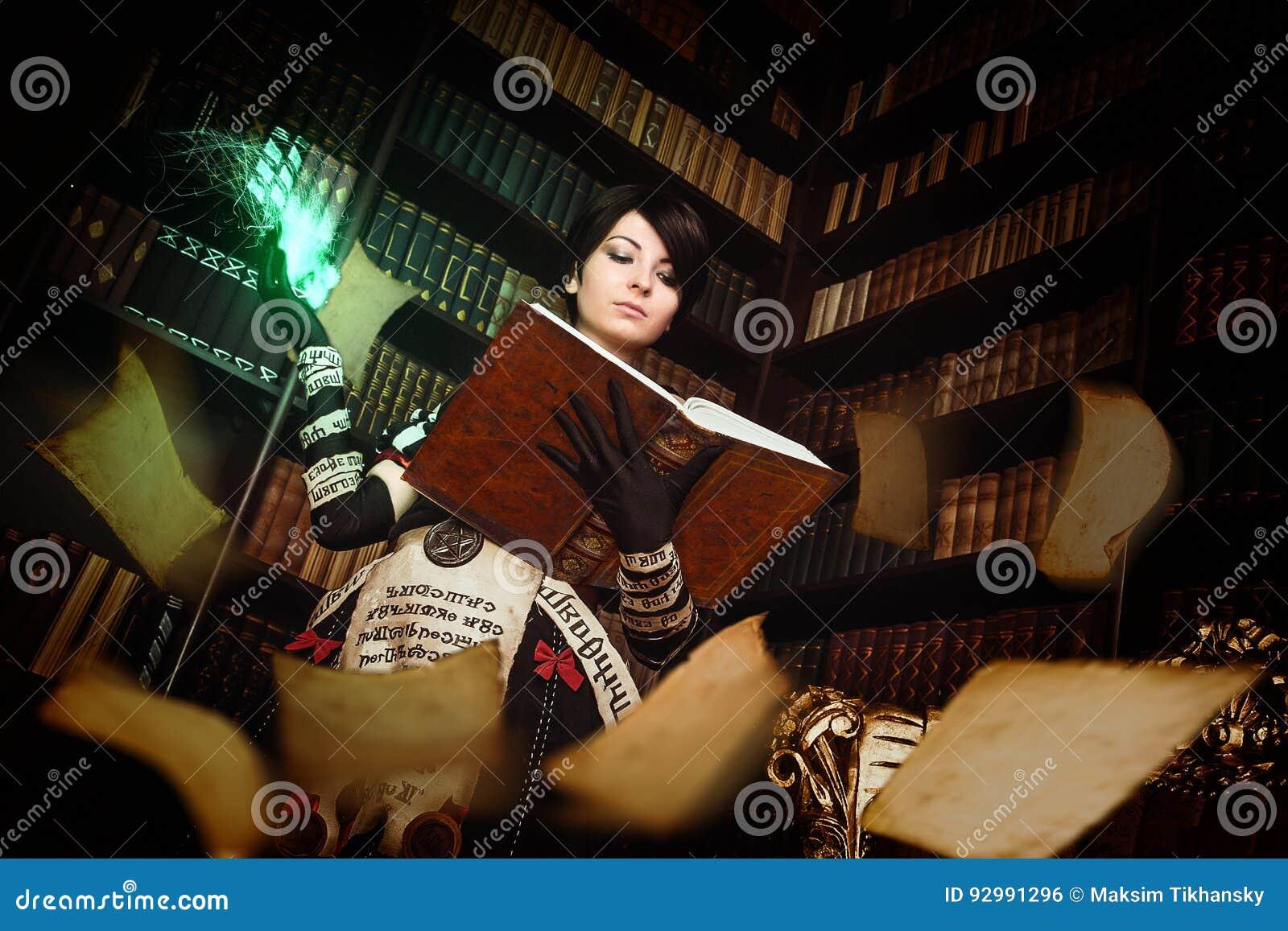 Strega con i libri