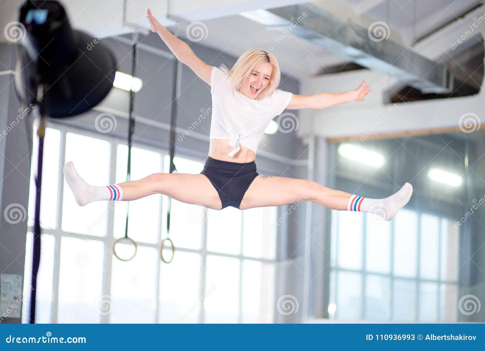 Streng die jonge vrouw op de trampoline springen