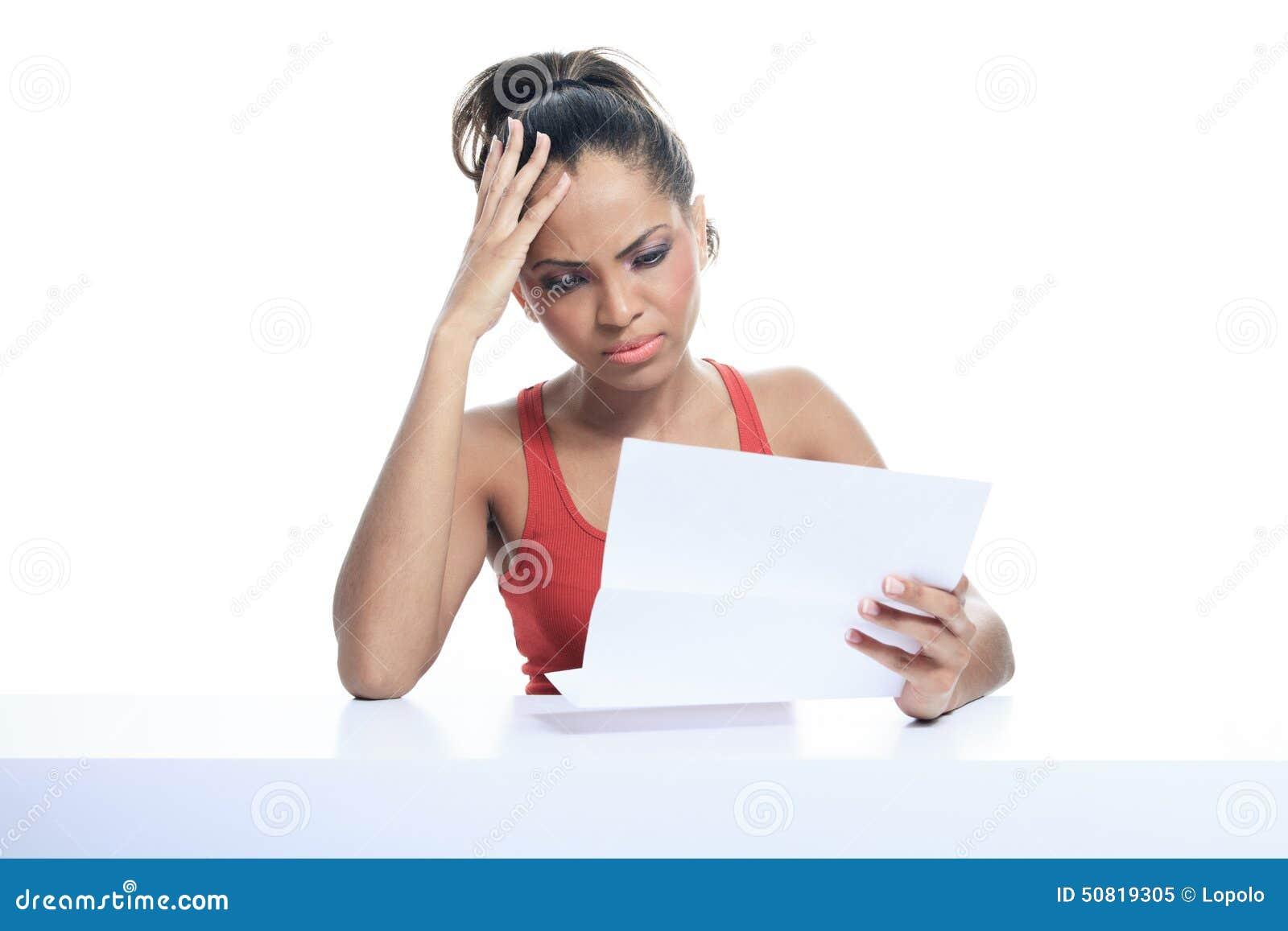 Stres kobieta płaci rachunki, odosobnionych na bielu