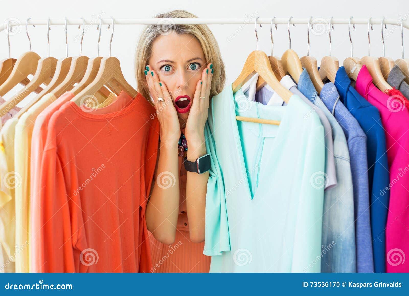 Stressad kvinna med ingenting att bära