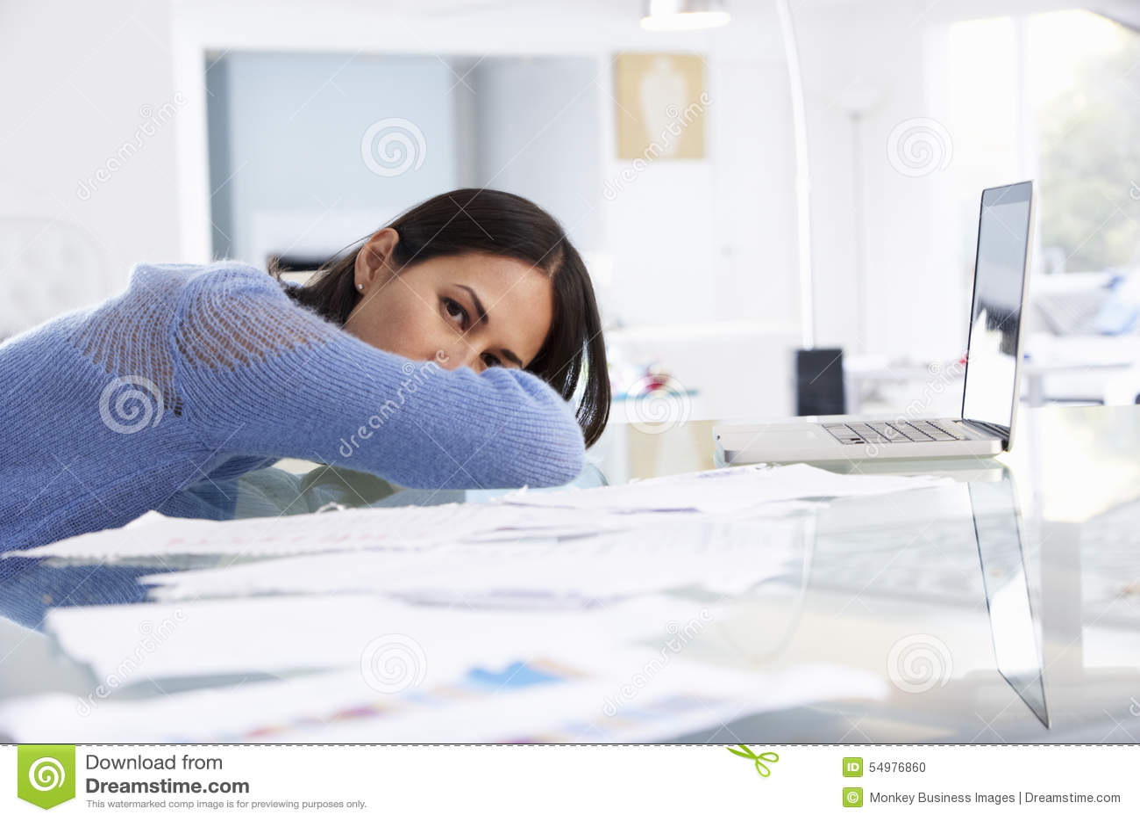 Stressad kvinna som arbetar på bärbara datorn i inrikesdepartementet