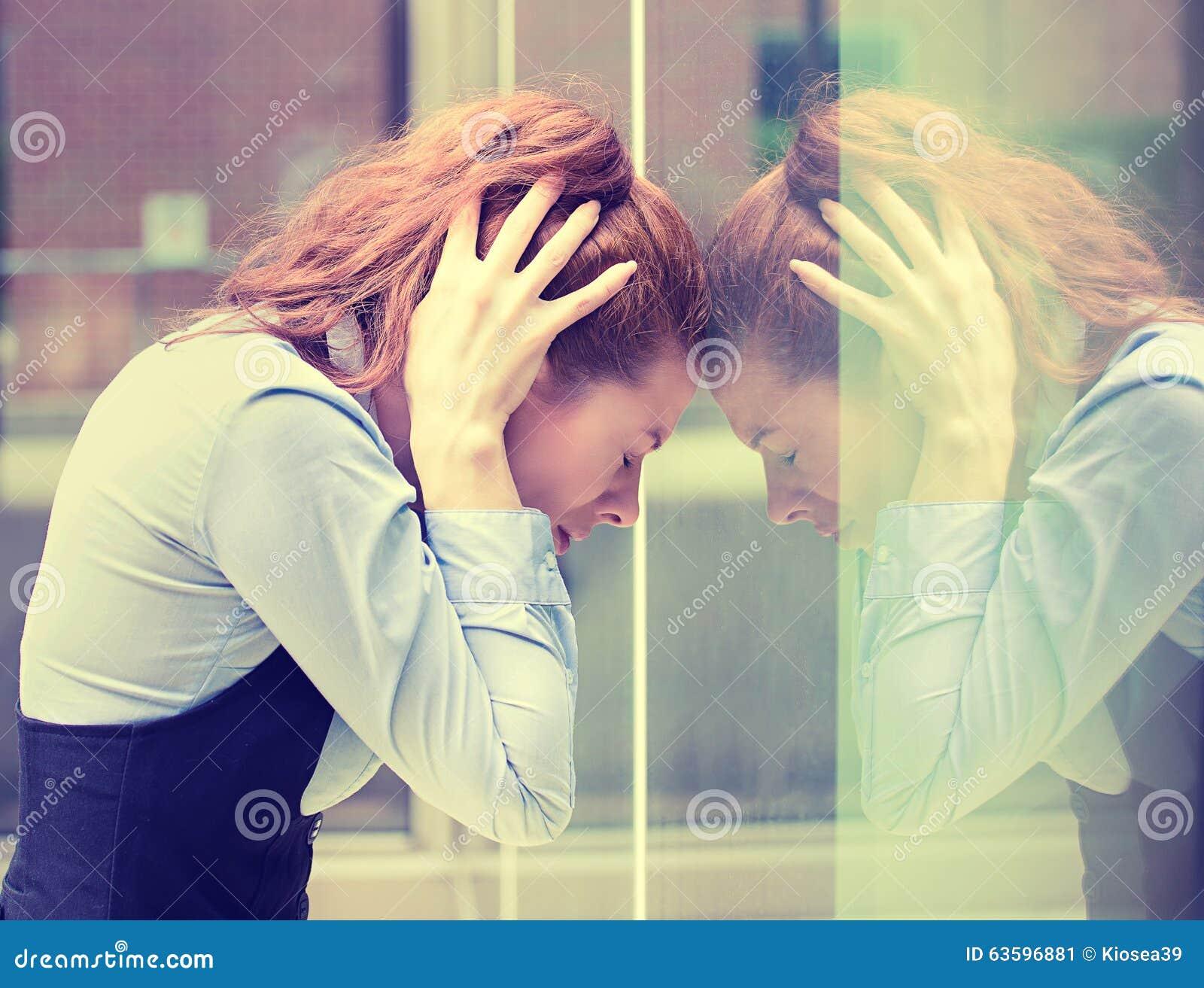 Stressad ledsen ung kvinna utomhus Spänning för stil för stads- liv