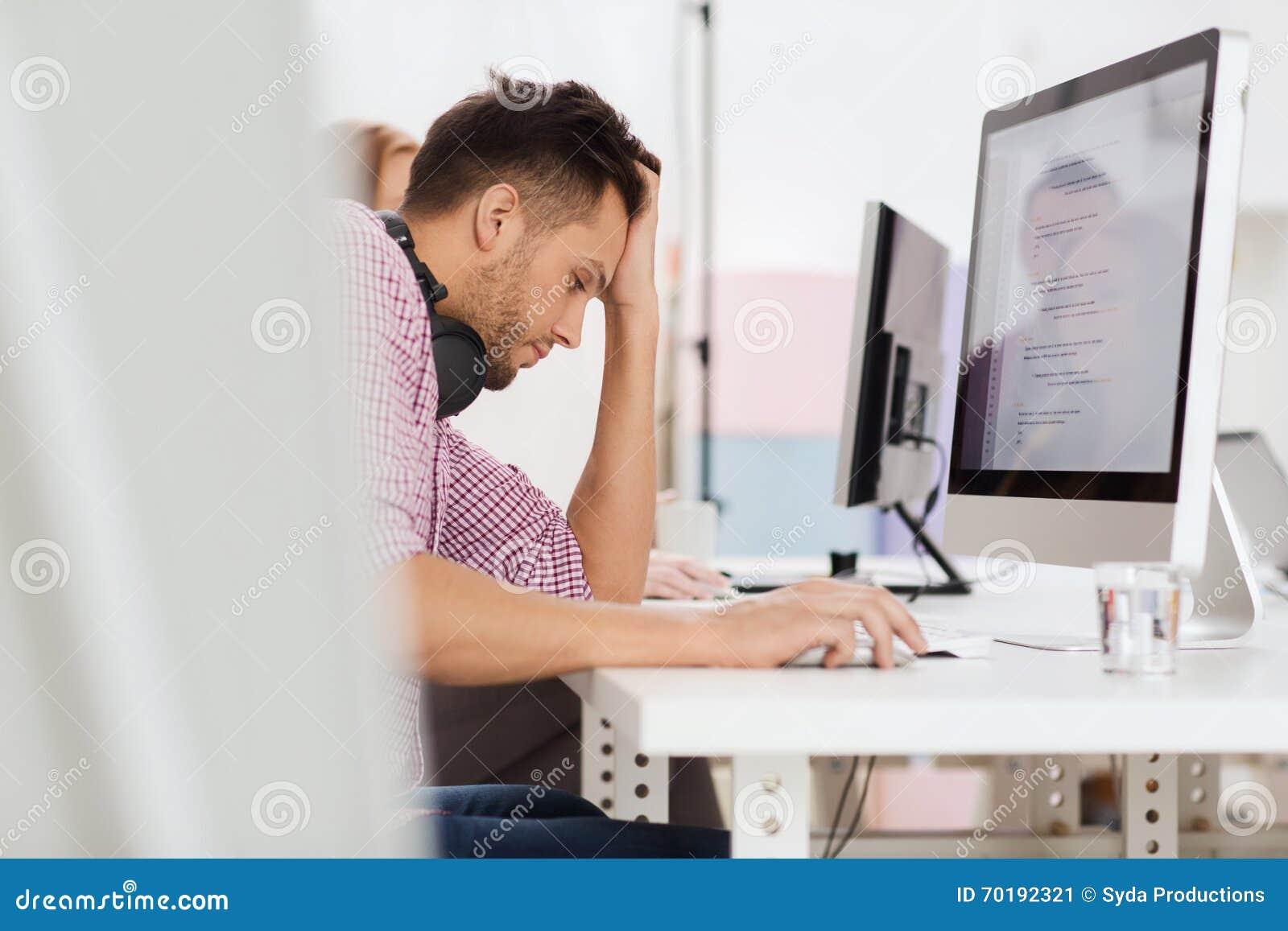 Stressad programvarubärare på kontoret