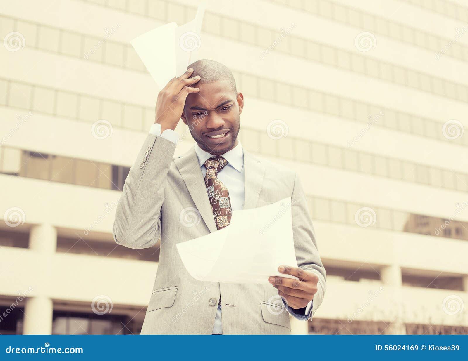 Stressed frustró al hombre que celebraba la mirada de documentos