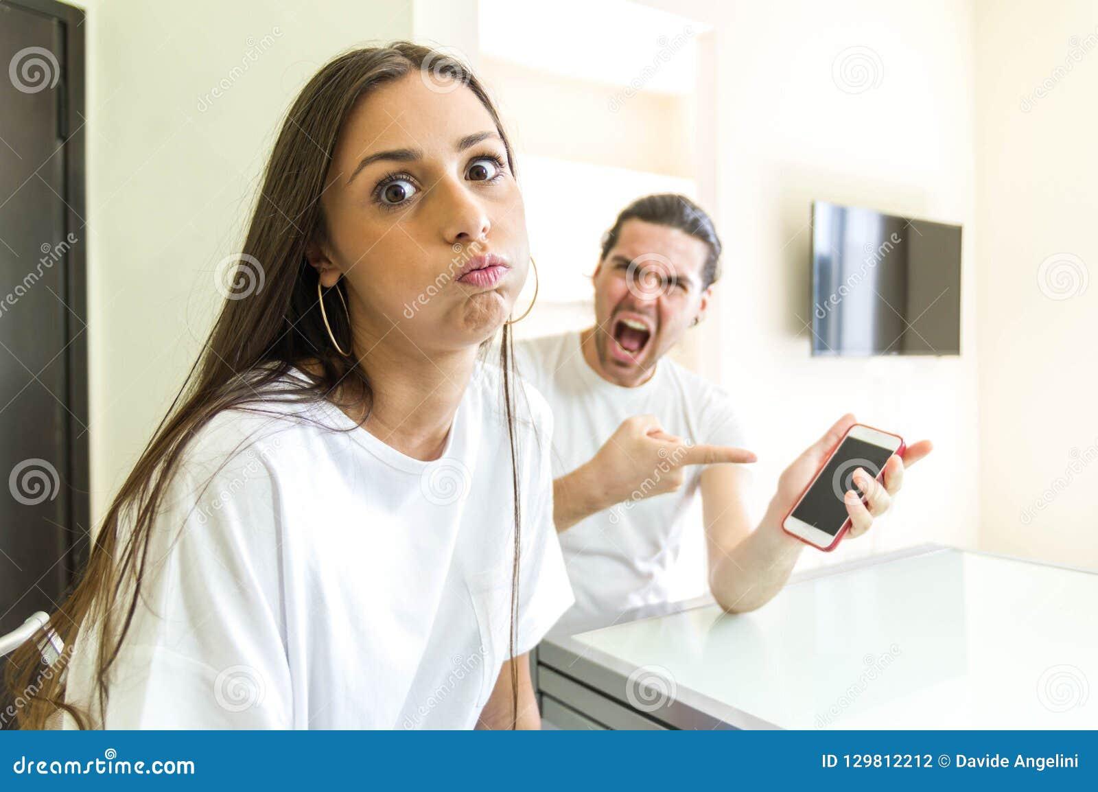 Stresujący kobieta bój z chłopakiem patrzeje kamerę