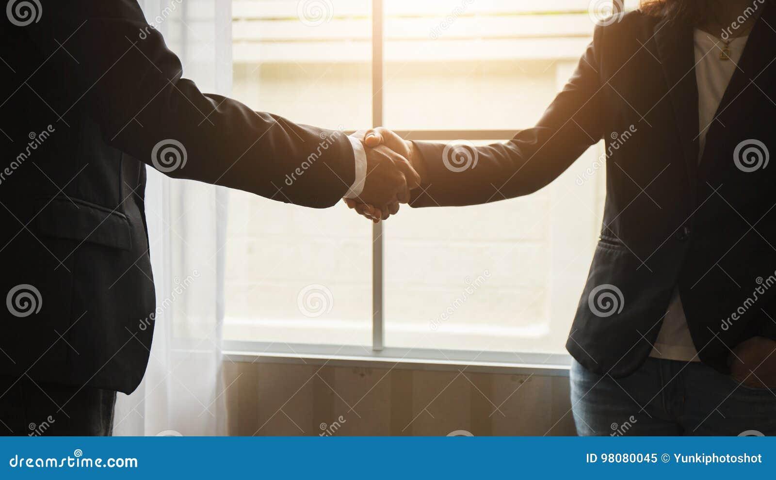 Stretta di mano fra gli avvocati ed i clienti dopo avere acconsentito da prendparteere ad un contratto