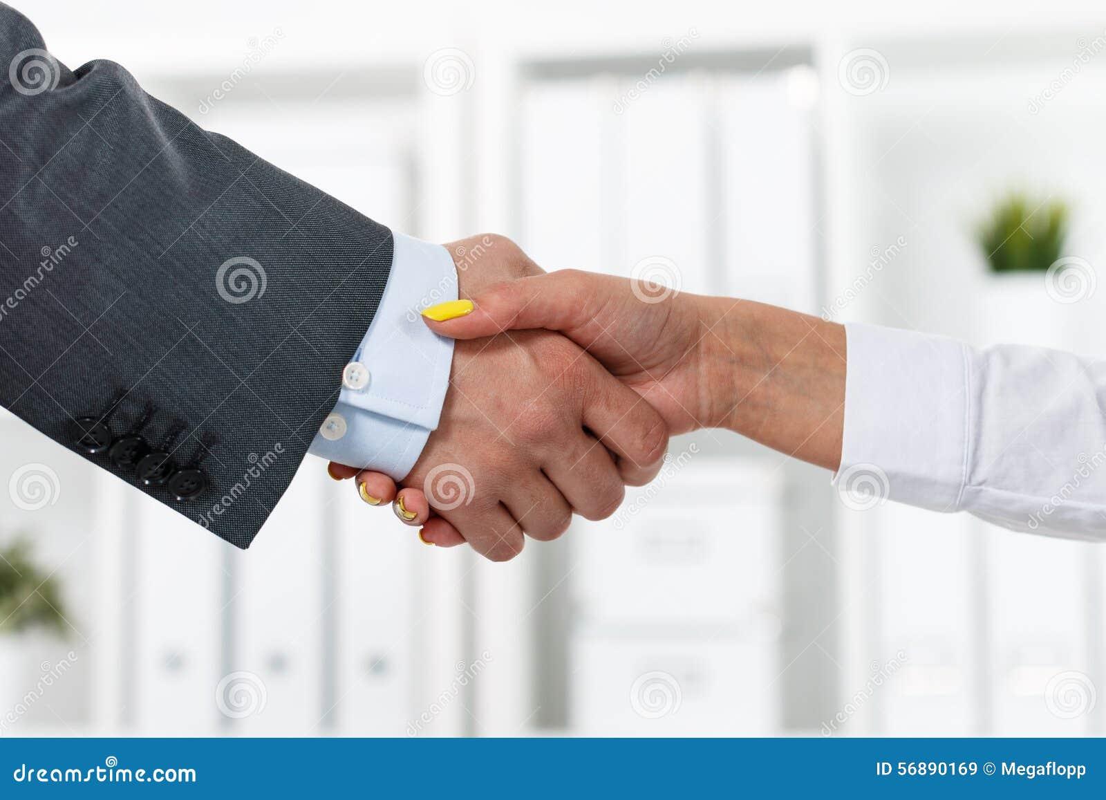 Stretta di mano maschio e femminile in ufficio
