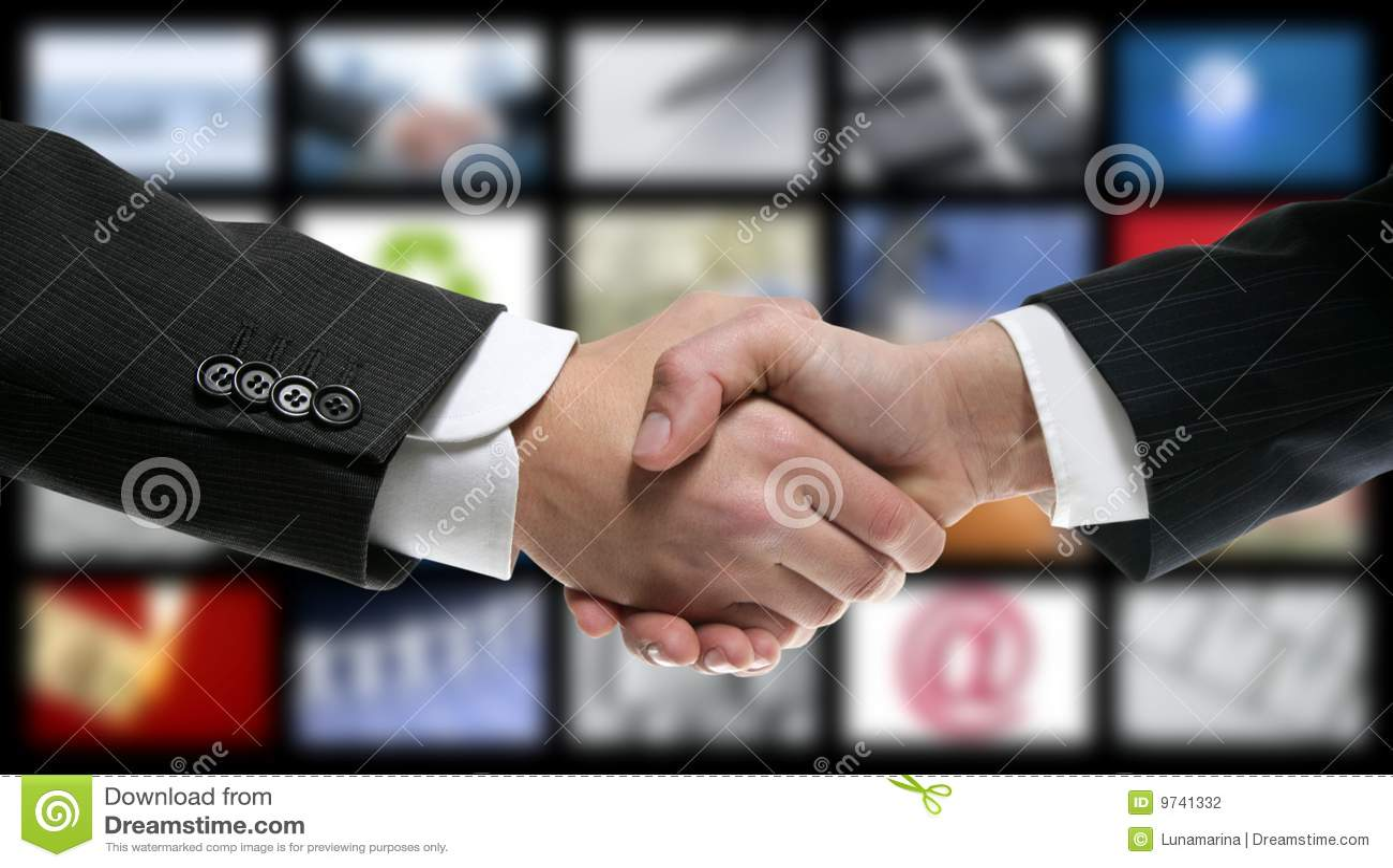 Stretta di mano sopra video tecnologia dello schermo della TV