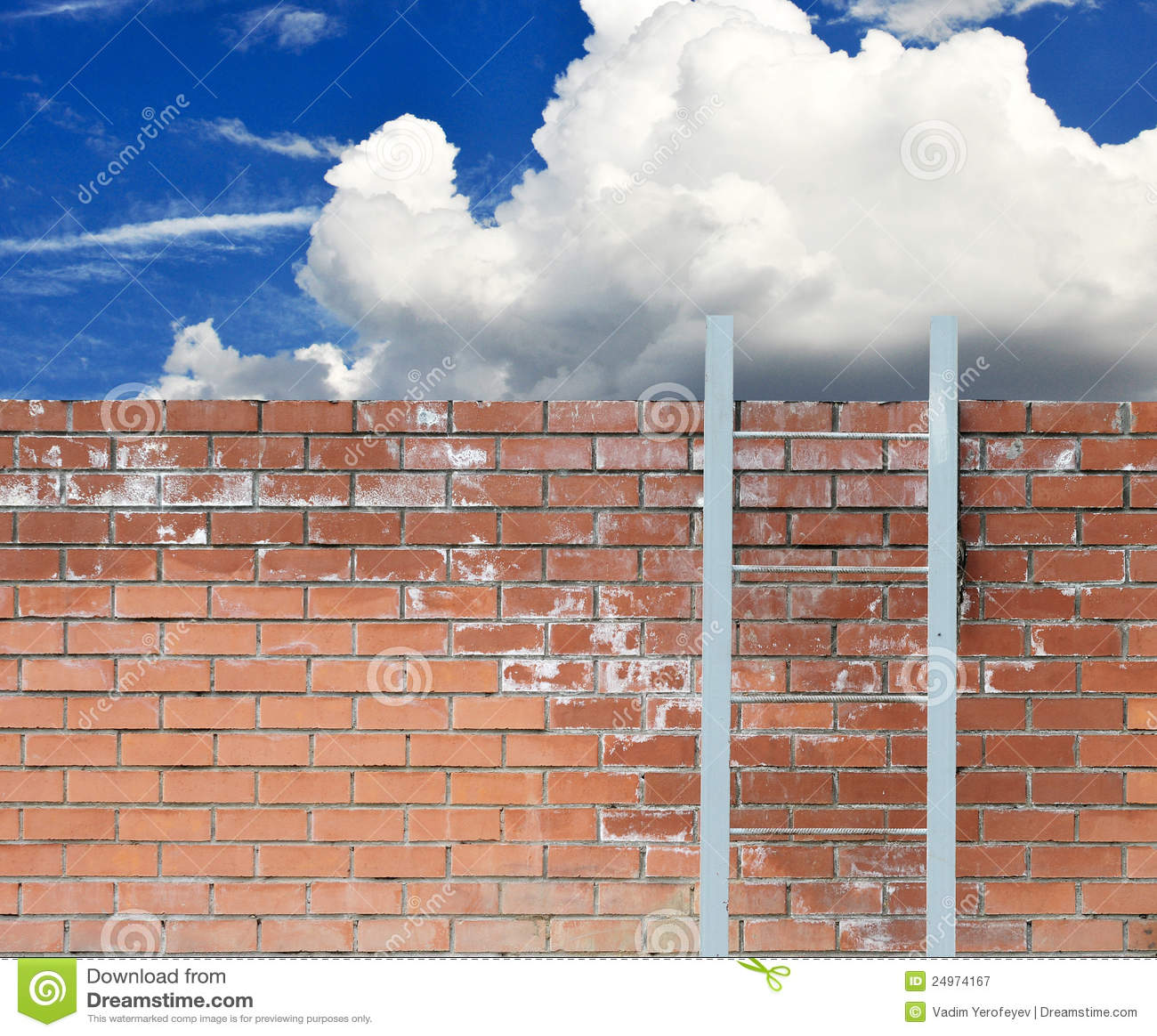 Strichleiter gegen eine Wand und einen blauen Himmel