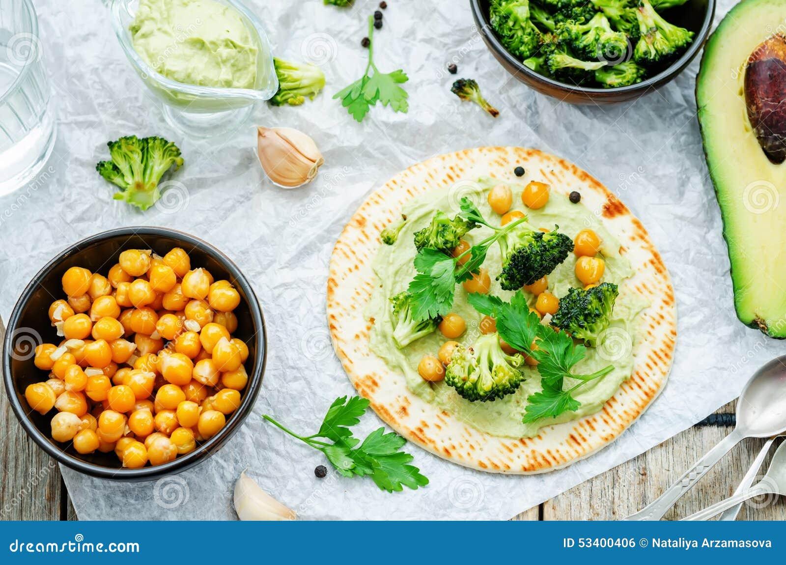 Strikt vegetariantortilla med grillad broccoli och kikärtar och avokado s