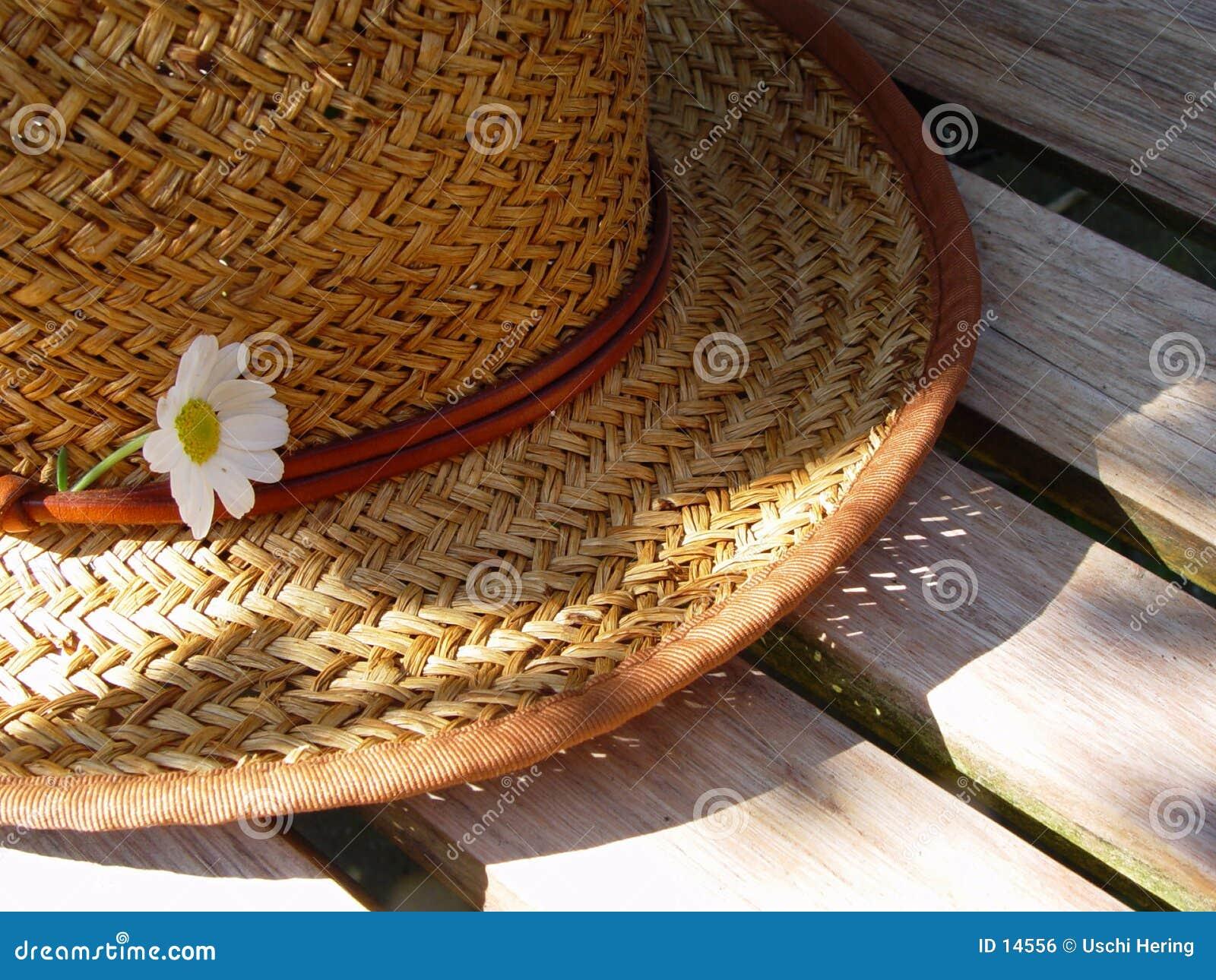 Stro hoed op een bank