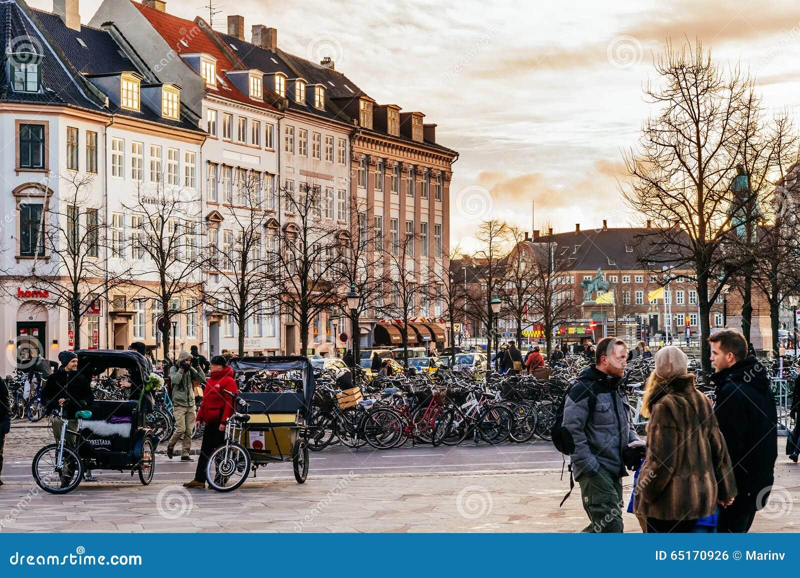 Stroget es un peatón, área libre del coche en Copenhague, Dinamarca