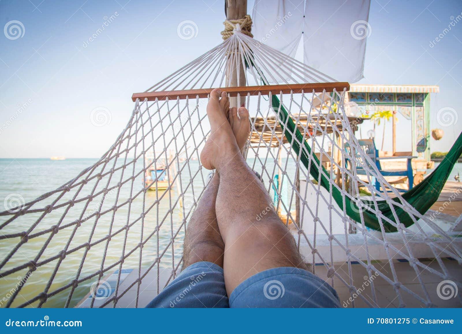 Hangmat Op Balkon : Strohangmat in balkon bij tropisch strand voor ontspanning stock