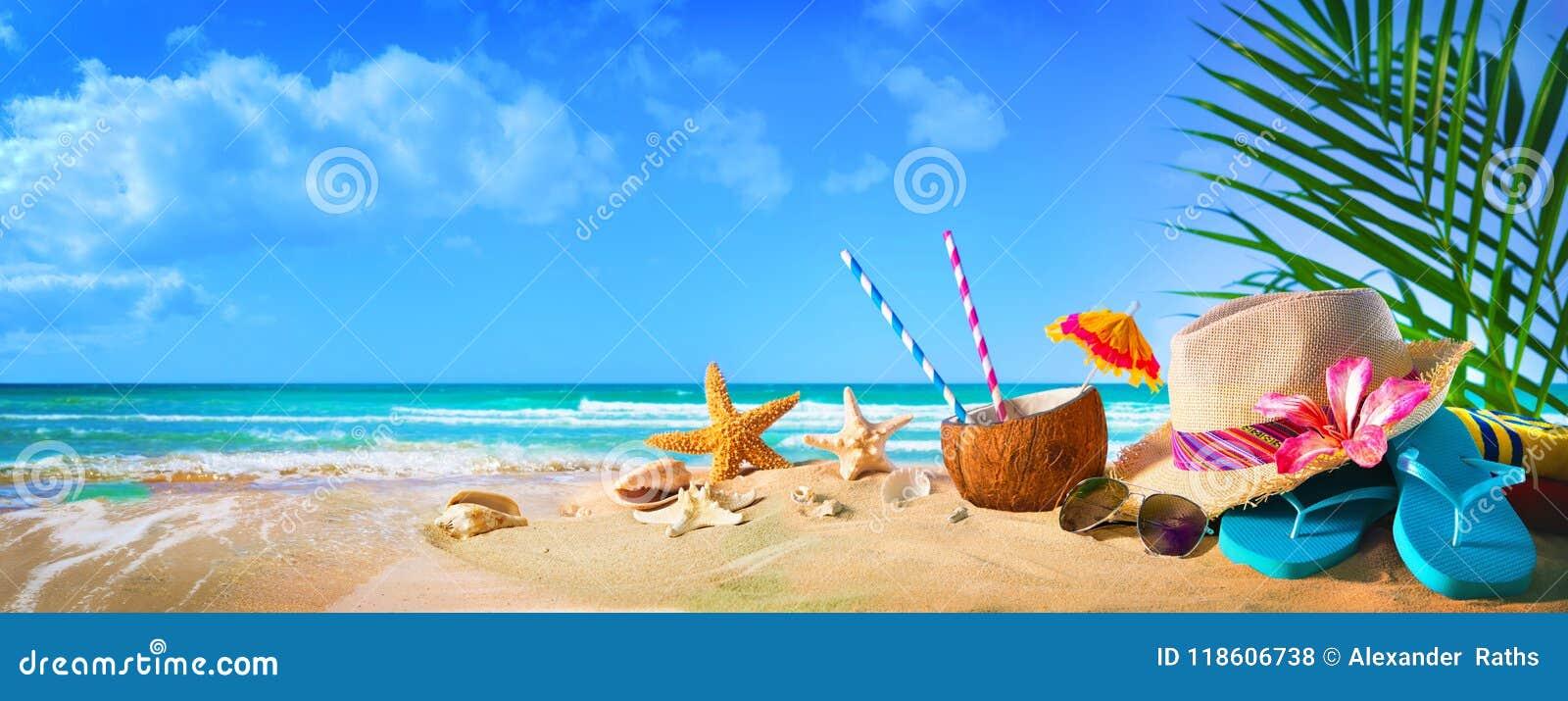Strohoed en zonnebril op strand