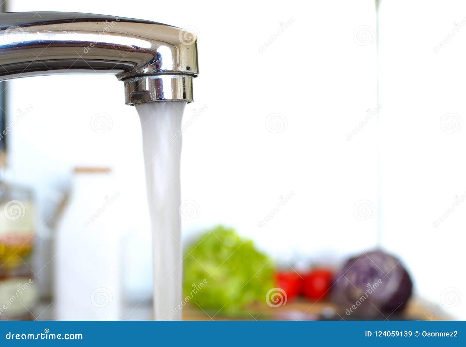 Stromend water in de keuken