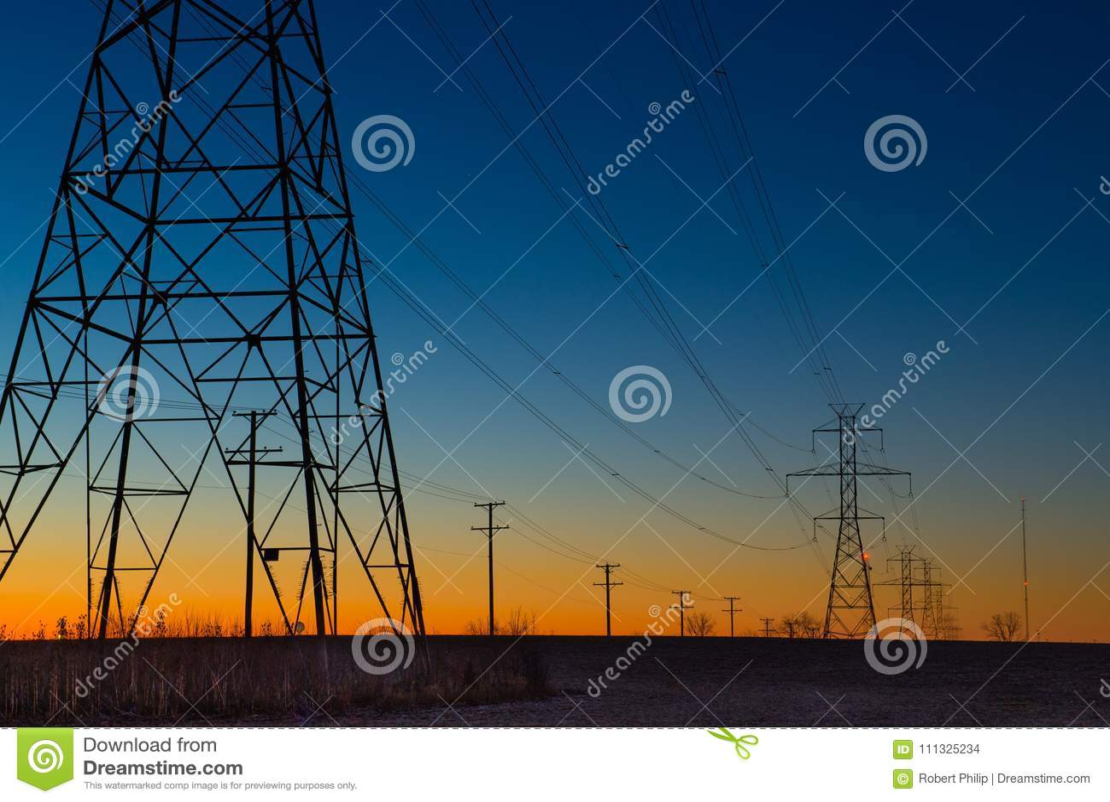 Stromleitung Türme während der blauen Stunde