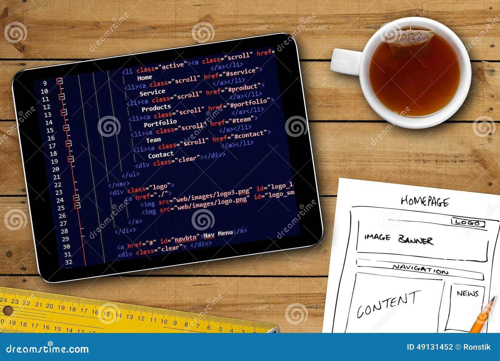 Strony internetowej wireframe nakreślenie i programowanie kod na cyfrowej pastylce