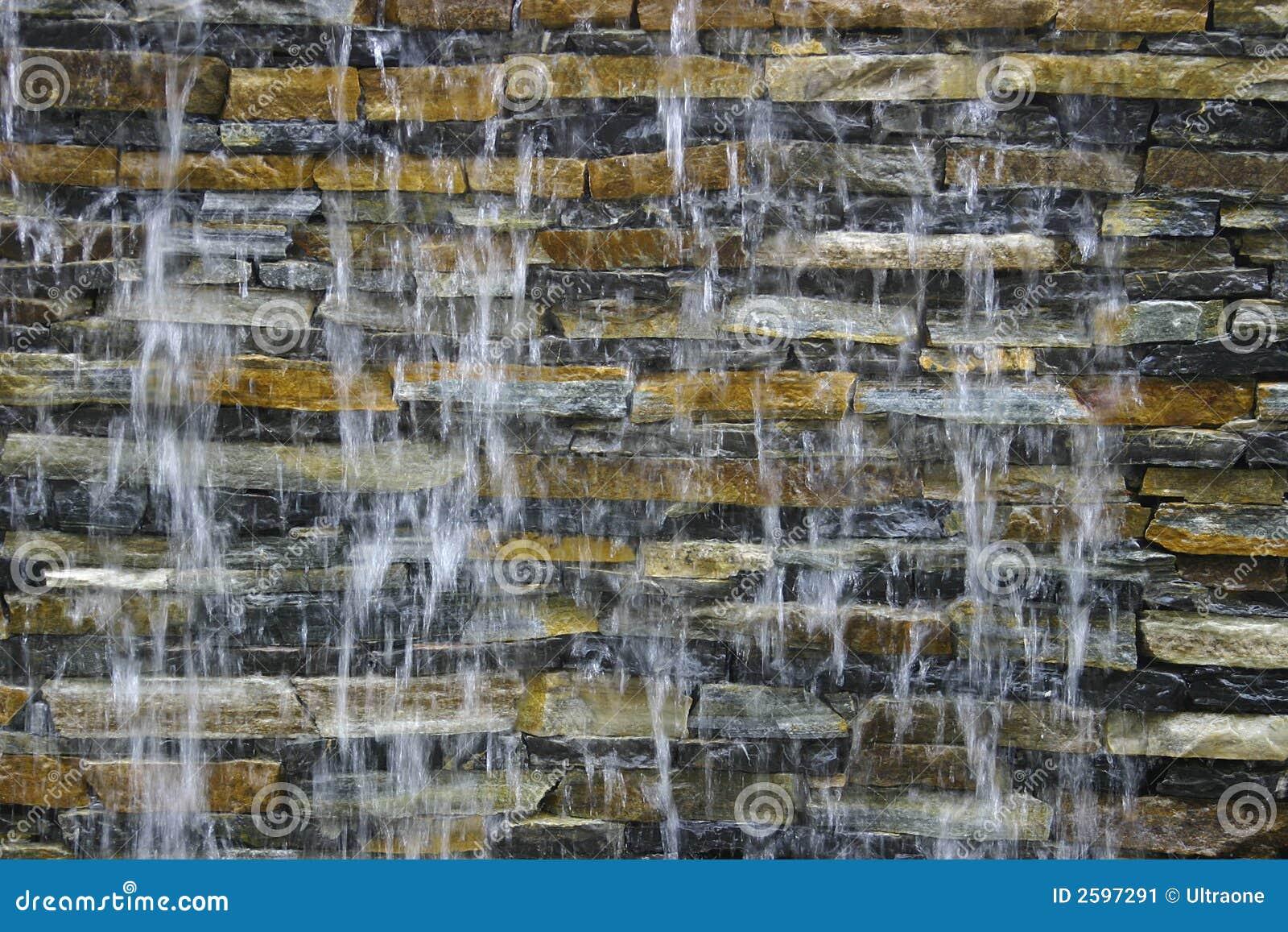 Stroom op een bakstenen muur