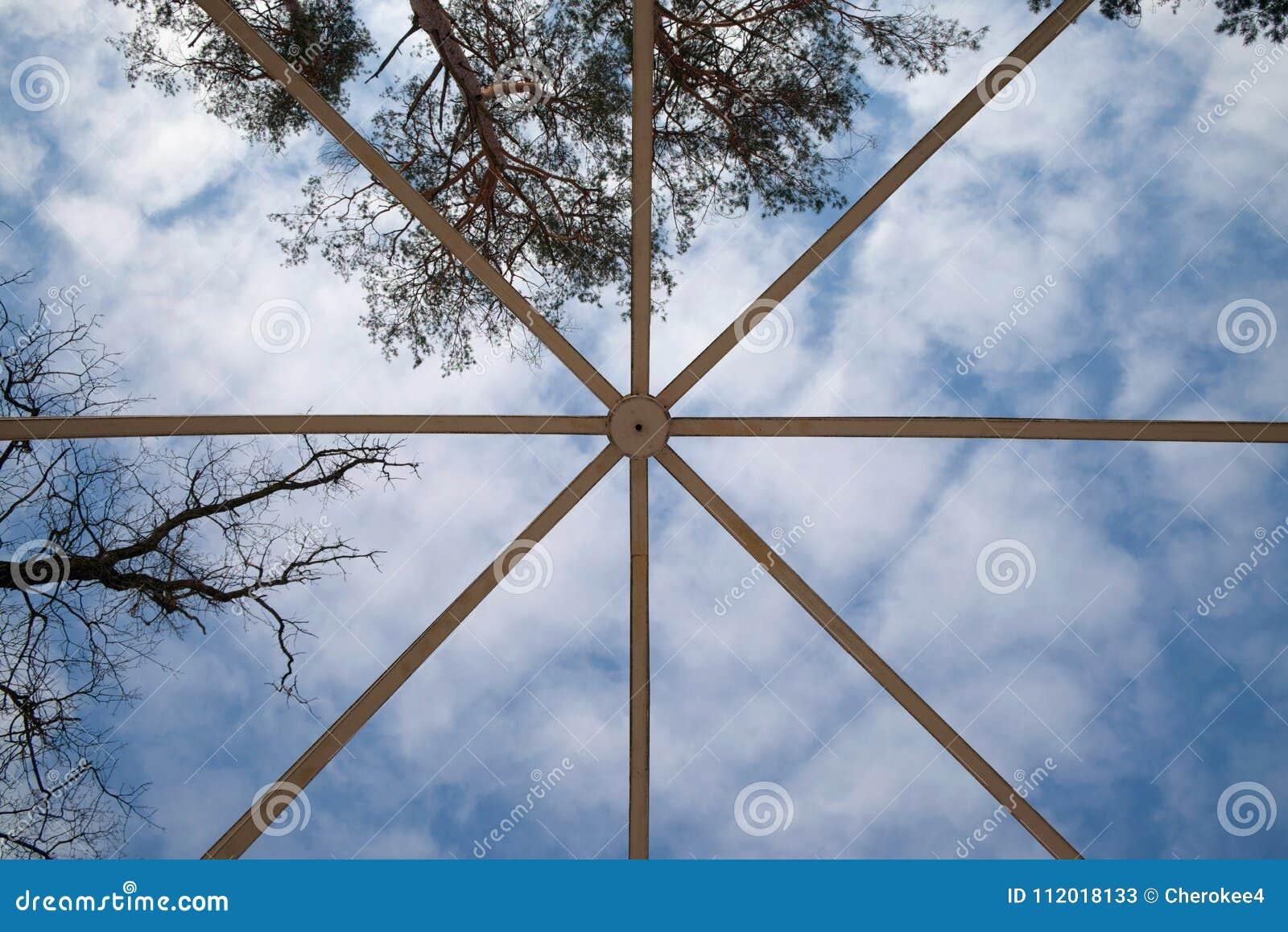 Structure de métal pour la construction de bâtiments sur le fond de ciel bleu