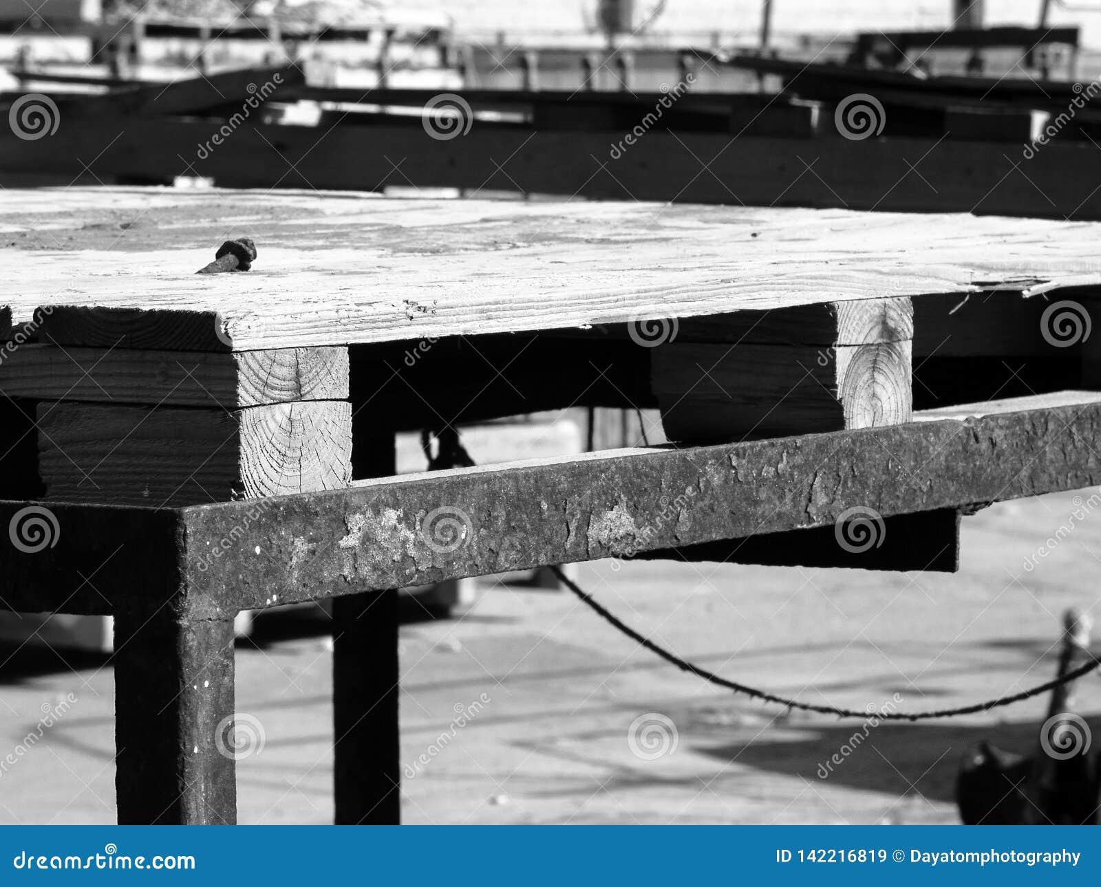 Structure en bois de construction dans un site industriel, dehors, avec le métal rouillé, en noir et blanc