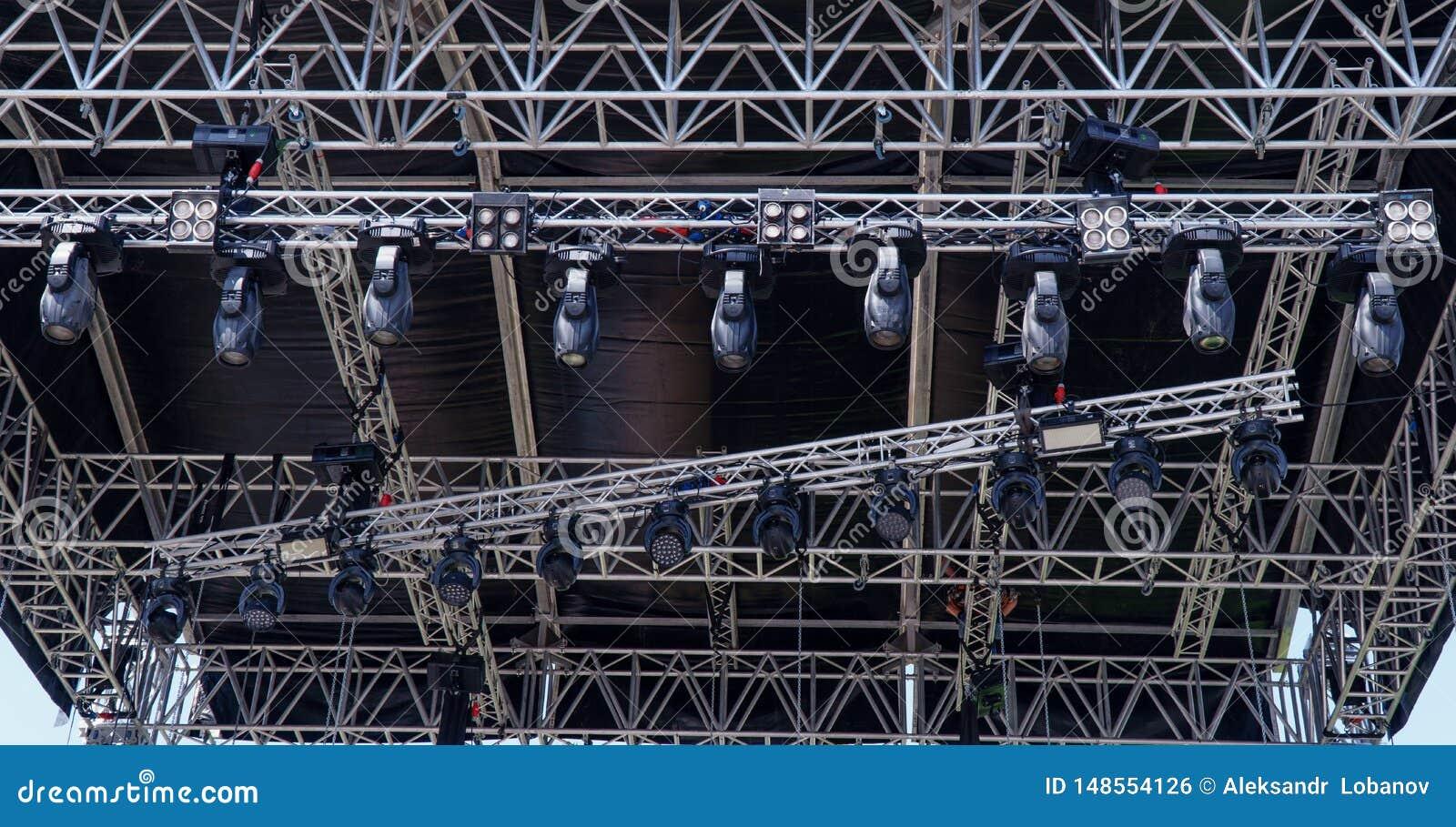 Structures d éclairage en métal sur l étape de concert