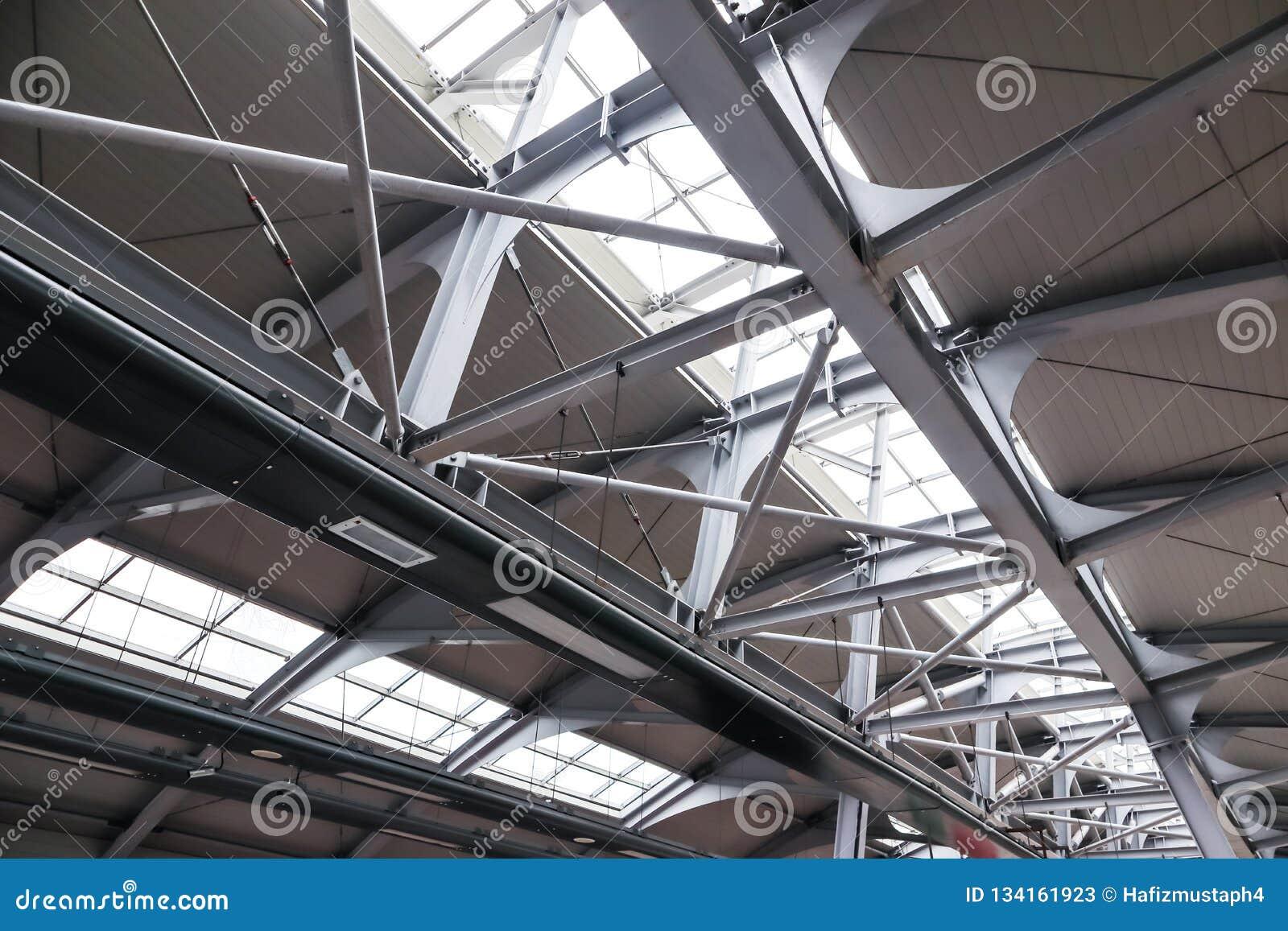 Structuur van het dak van staal en glas wordt gemaakt dat